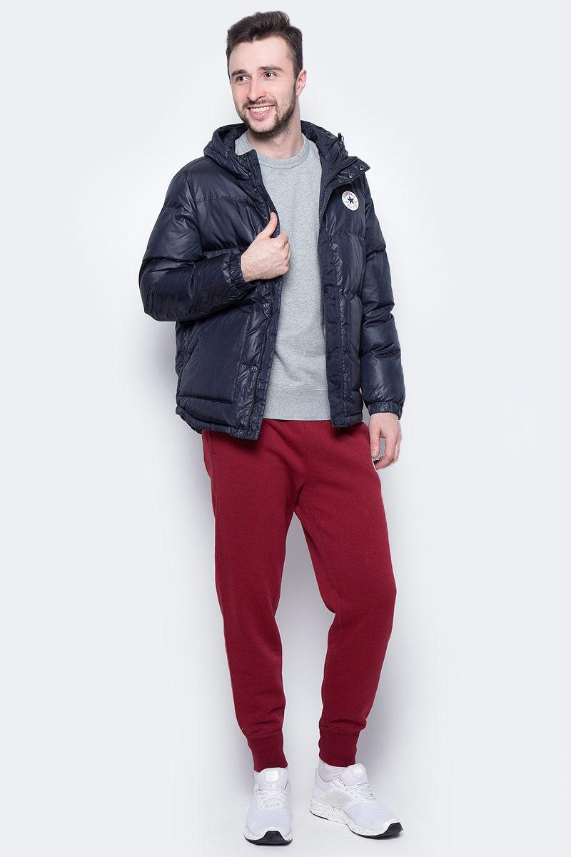 Куртка мужская Converse Core Short Hooded Puffer, цвет: черный. 10002137001. Размер S (46)10002137001Мужская куртка Converse выполнена из 100% полиэстера, в качестве утеплителя и подкладке также используется полиэстер. Модель с несъемным капюшоном застегивается на молнию и дополнительно ветрозащитной планкой на кнопках. Спереди куртка оснащена двумя накладными карманами, с внутренней стороны одним прорезным карманом. Низ изделия дополнен кулиской.