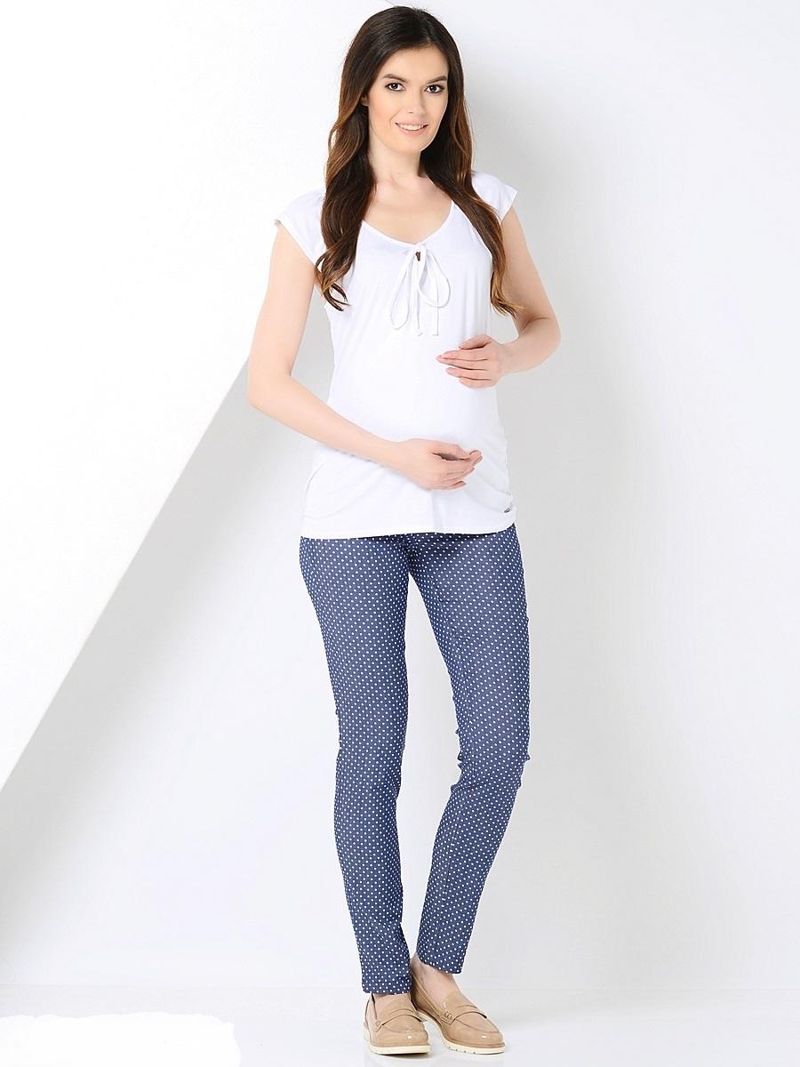 Брюки для беременных 40 недель, цвет: синий, белый горох. 101195. Размер 48101195Стильные брюки для беременных от бренда 40 недель станут прекрасным дополнением гардероба будущей мамы. Модель облегающего силуэта выполнена из качественного материала приятного к телу и оформлена оригинальным принтом. Брюки оснащены мягкой резинкой в трикотажном поясе, который фиксируется под животиком и деликатно поддерживает его не сдавливая. Сзади предусмотрено два накладных кармана, спереди брюки дополнены декоративной прострочкой.Благодаря отличной посадке и продуманному дизайну брюки комфортно носить как в период беременности так и после нее.