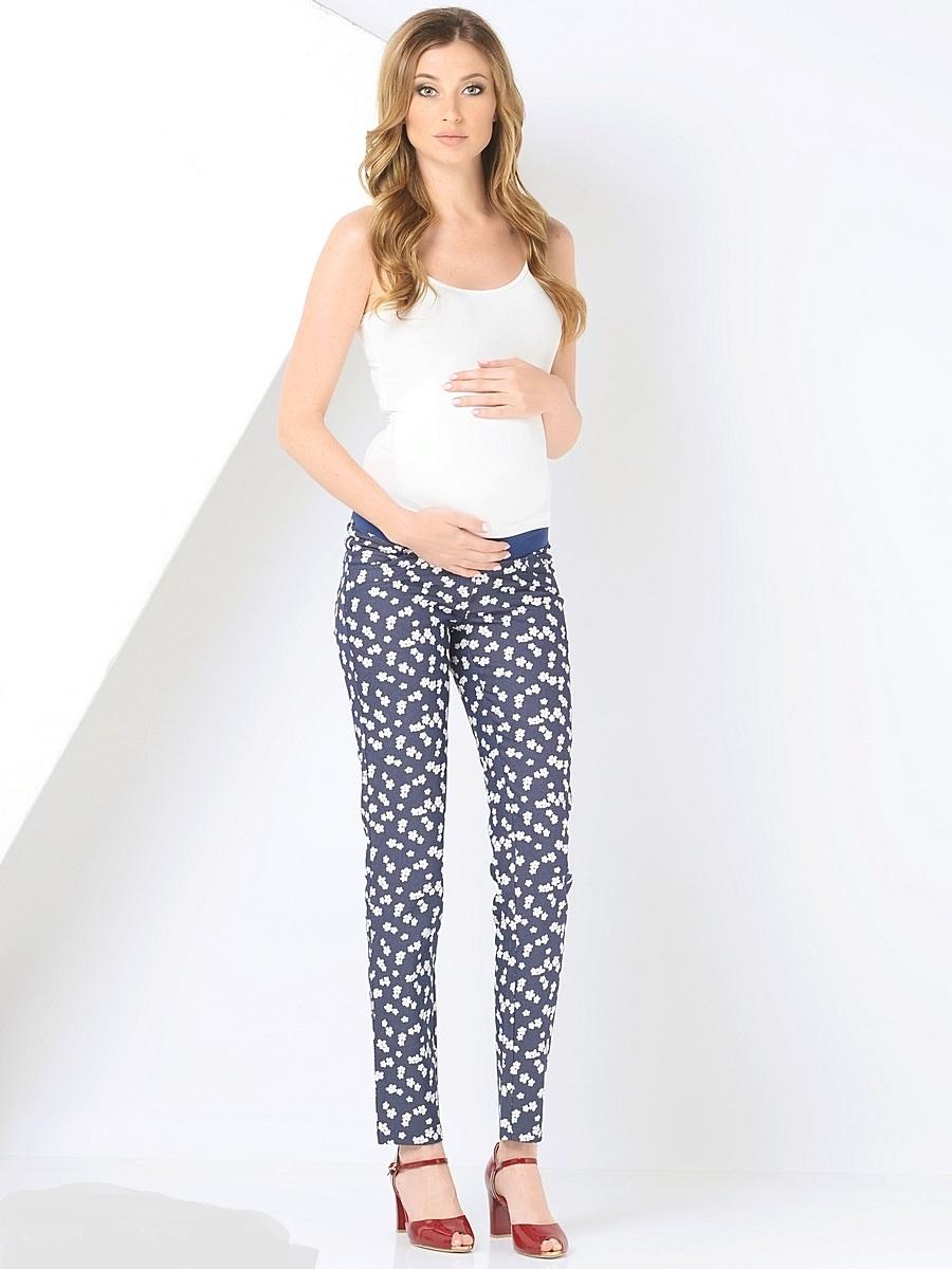 Брюки для беременных 40 недель, цвет: синий, белый. 101195. Размер 42101195Стильные брюки для беременных от бренда 40 недель станут прекрасным дополнением гардероба будущей мамы. Модель облегающего силуэта выполнена из качественного материала приятного к телу и оформлена оригинальным принтом. Брюки оснащены мягкой резинкой в трикотажном поясе, который фиксируется под животиком и деликатно поддерживает его не сдавливая. Сзади предусмотрено два накладных кармана, спереди брюки дополнены декоративной прострочкой.Благодаря отличной посадке и продуманному дизайну брюки комфортно носить как в период беременности так и после нее.