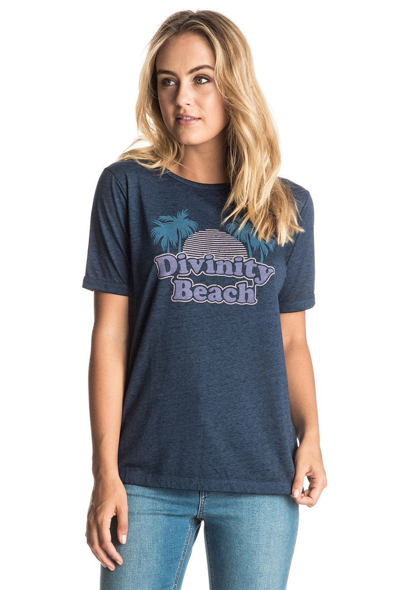 Футболка женская Roxy Puerto Pic, цвет: темно-синий. ERJZT03814-BTA0. Размер 38 (XXS)ERJZT03814-BTA0Женская футболка Roxy Puerto Pic выполнена из полиэстера, хлопка и вискозы. Модель с V-образным вырезом горловины и короткими стандартными рукавами оформлена оригинальным принтом на груди. Прекрасный вариант на каждый день, а также для занятий спортом.