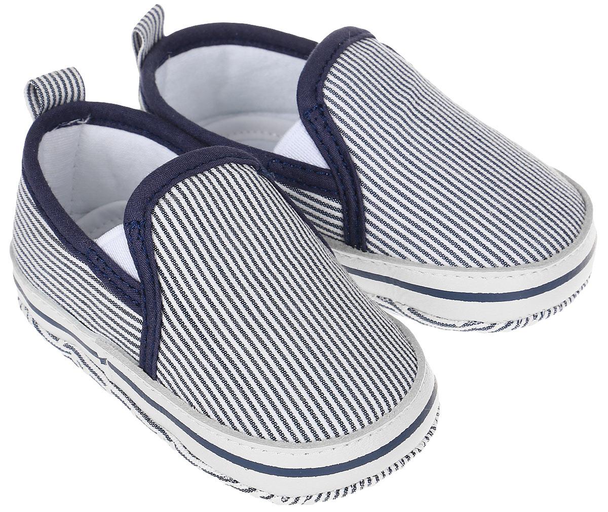Пинетки для мальчика Kapika, цвет: синий, белый. 10130. Размер 1610130Стильные и модные пинетки для мальчика в виде слипонов от Kapika выполнены из хлопкового текстиля. Модель по бокам дополнена эластичной резинкой, которая надежно фиксирует пинетки на ножке ребенка и позволяет регулировать их объем.Удобные детские пинетки станут любимой обувью вашего ребенка.