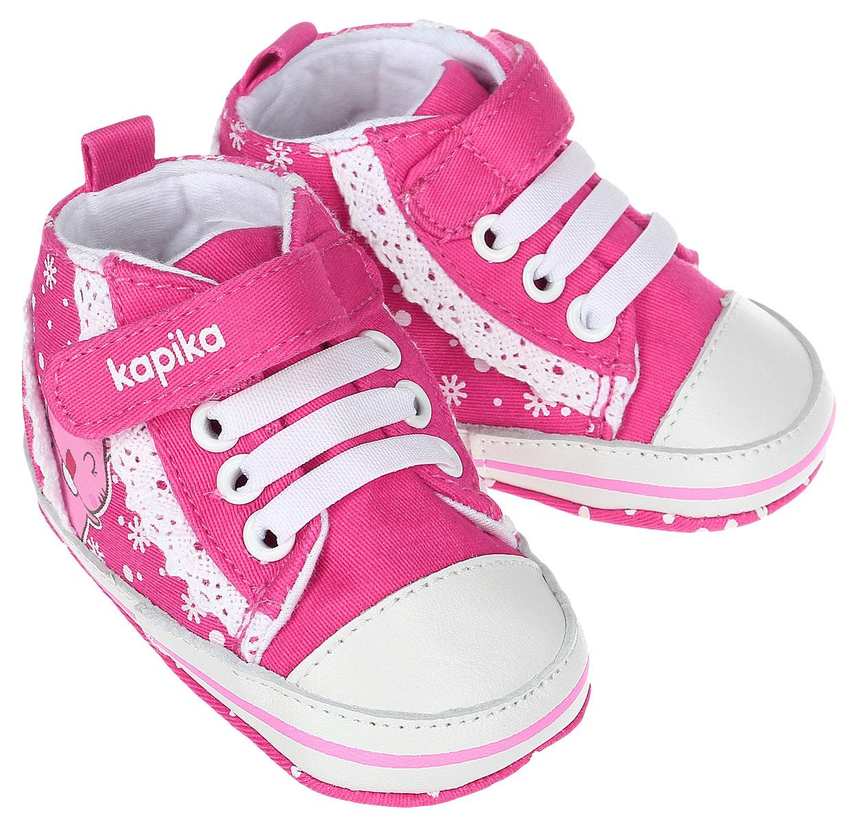 Пинетки для девочки Kapika, цвет: розовый, белый. 10120. Размер 1710120Стильные и модные пинетки для девочки Kapika великолепно дополнят наряд маленькой модницы. В них ваша малышка будет чувствовать себякомфортно и непринужденно. Пинетки выполнены из хлопка, оформленного принтом, с элементами из натуральной кожи. Модель на шнуровке,дополнена застежкой-липучкой, что надежно фиксирует пинетки на ножке ребенка и позволяет регулировать их объем. Пинетки декорированы кружевными оборками. Милые, нежные и удобные детские пинетки станут любимой обувью маленькой принцессы.