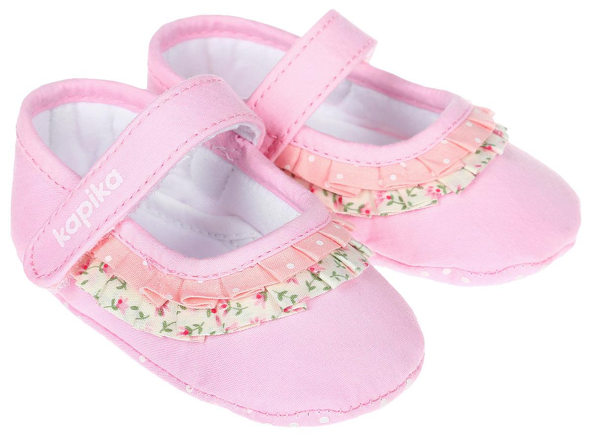 Пинетки для девочки Kapika, цвет: розовый. 10121. Размер 1810121Стильные пинетки для девочки Kapika великолепно дополнят наряд маленькой модницы. В них ваша малышка будет чувствовать себя комфортно и непринужденно. Пинетки выполнены из текстиля и декорированы оборками. Модель застегивается на хлястик с липучкой, который надежно фиксирует пинетки на ножке ребенка и позволяет регулировать их объем. Пинетки декорированы оборками с принтом. Милые, нежные и удобные детские пинетки станут любимой обувью маленькой принцессы.