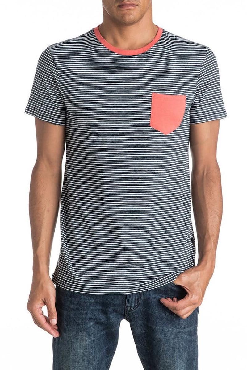 Футболка мужская Quiksilver, цвет: белый, темно-синий. EQYKT03513-BYJ0. Размер L (52)EQYKT03513-BYJ0Мужская футболка Quiksilver изготовлена из натурального хлопка. Модель прямого кроя выполнена с круглой горловиной и короткими рукавами. Изделие в полоску дополнено карманом и горловиной контрастного цвета.