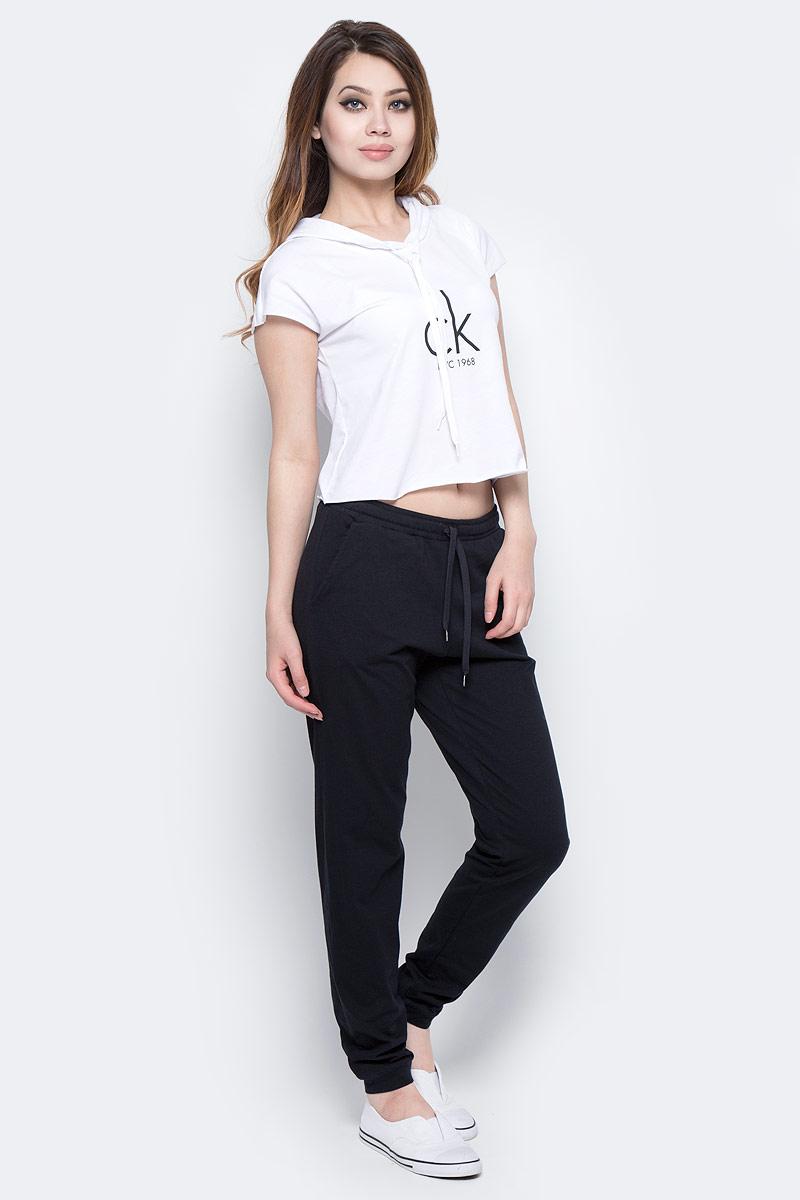 Футболка женская Calvin Klein Jeans, цвет: белый. KW0KW00129_100. Размер L (46/48)KW0KW00129_100Женская футболка Calvin Klein Jeans изготовлена из хлопка и полиэстера. Укороченная модель оформлена логотипом бренда и дополнена капюшоном.