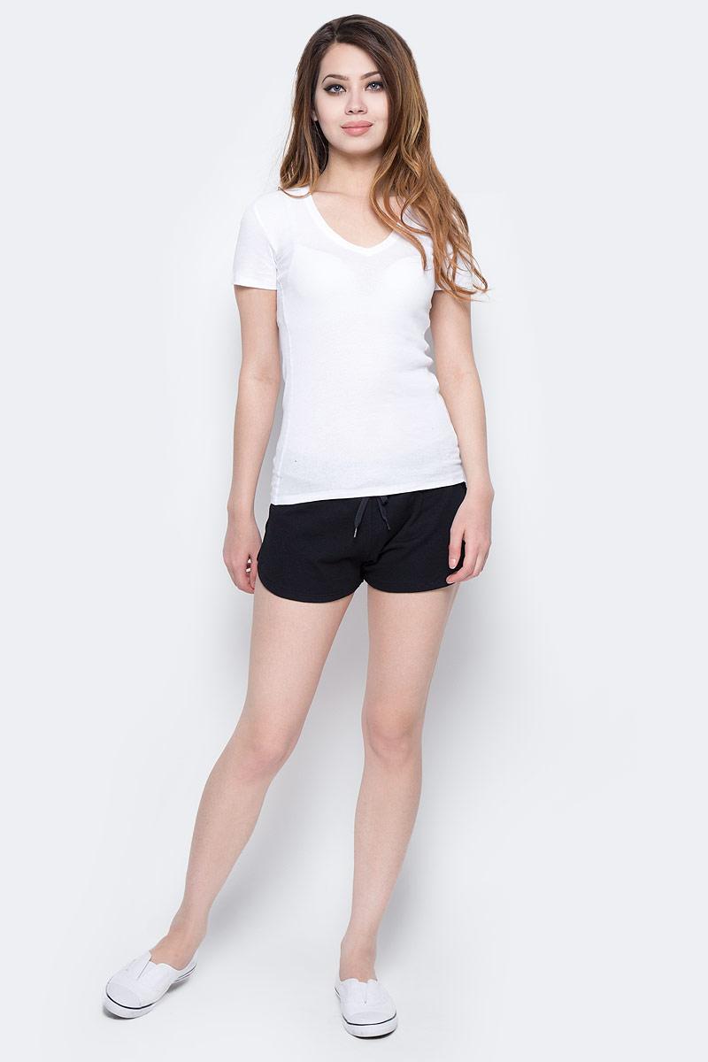 Футболка женская Calvin Klein Jeans, цвет: белый. J20J205029_1120. Размер L (46/48)J20J205029_1120Однотонная футболка Calvin Klein Jeans выполнена из эластичного хлопка. Модель с V-образным вырезом горловины и короткими рукавами.