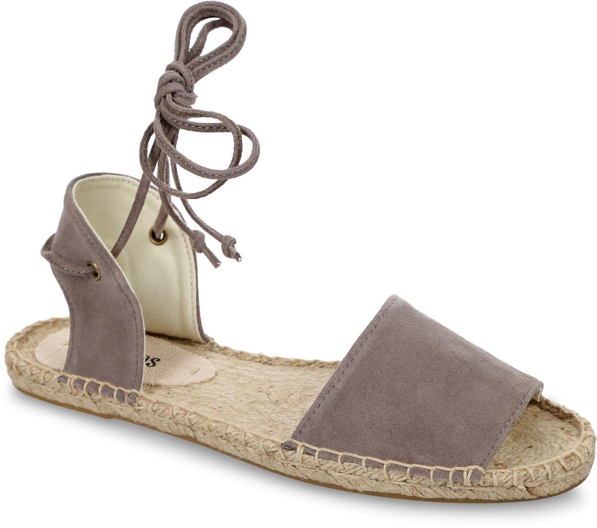Сандалии женские Soludos Suede Balearic Tie-Up Sandal, цвет: светло-серый. 1000142. Размер 8,5 (39)1000142-DOVE GRAYСтильные женские сандалии Suede Balearic Tie-Up Sandal от Soludos изготовлены из натуральной высококачественной замши и оформлены крупными декоративными стежками вдоль ранта. Модель фиксируется на ноге при помощи завязок, расположенных на заднике. Внутренняя поверхность и стелька выполнены из текстиля, отвечающего за комфорт при движении. Верхняя часть подошвы изготовлена из плетеной джутовой нити, нижняя часть - из резины. Подошва дополнена рифленой поверхностью.