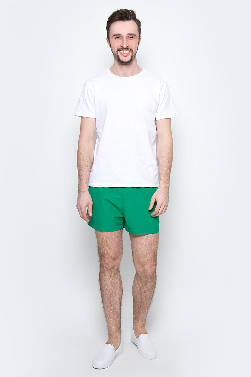 Шорты для плавания мужские Calvin Klein Underwear, цвет: зеленый. KM0KM00104_312. Размер L (50/52)KM0KM00104_312Мужские шорты для плавания Calvin Klein Underwear выполнены из водоотталкивающей ткани. Модель имеет широкую эластичную резинку на поясе. Объем талии регулируется при помощи шнурка. Шорты дополнены двумя втачными карманами спереди и одним накладным карманом сзади. Шорты оформлены принтом с названием бренда.