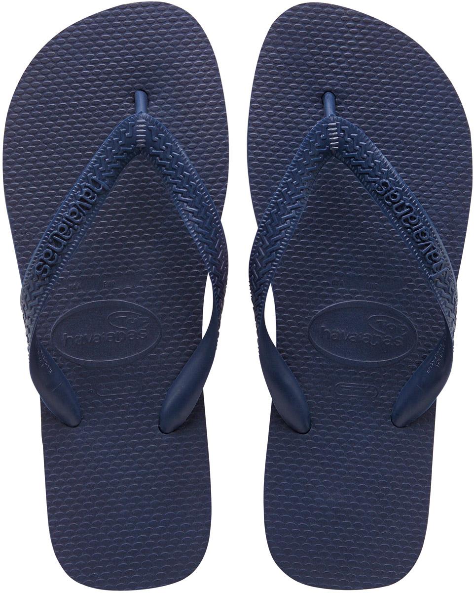 Сланцы Havaianas Top, цвет: темно-синий. 40000290555. Размер 43/44 (44/45)4000029-0555Модные сланцы Top от Havaianas придутся вам по душе. Верх модели, выполненный из резины, оформлен рельефным орнаментом и названием бренда. Ремешки с перемычкой гарантируют надежную фиксацию модели на ноге. Подошва выполнена из материала ЭВА. Рифление на верхней поверхности подошвы предотвращает выскальзывание ноги. Рельефное основание подошвы обеспечивает уверенное сцепление с любой поверхностью. Удобные сланцы прекрасно подойдут для похода в бассейн или на пляж.