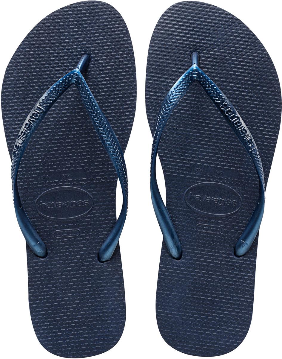 Сланцы женские Havaianas Slim, цвет: синий. 40000300555. Размер 39/40 (40/41)4000030-0555Модные сланцы Slim от Havaianas придутся вам по душе. Верх модели, выполненный из резины, оформлен рельефным орнаментом и названием бренда. Ремешки с перемычкой гарантируют надежную фиксацию модели на ноге. Подошва выполнена из материала ЭВА. Рифление на верхней поверхности подошвы предотвращает выскальзывание ноги. Рельефное основание подошвы обеспечивает уверенное сцепление с любой поверхностью. Удобные сланцы прекрасно подойдут для похода в бассейн или на пляж.