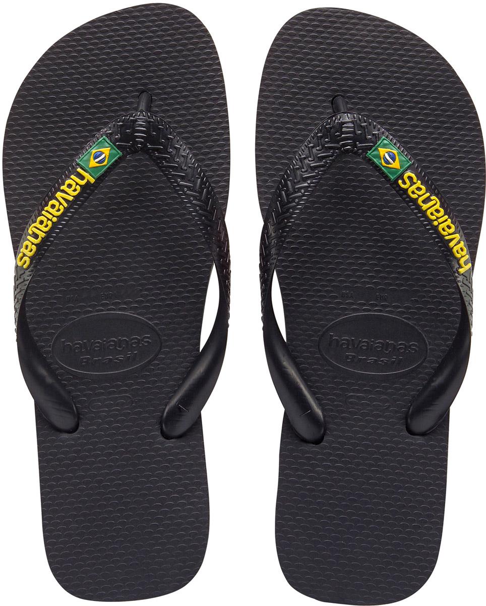 Сланцы мужские Havaianas Brasil Logo, цвет: черный. 41108500090. Размер 41/42 (42/43)4110850-0090Модные мужские сланцы Brasil Logo от Havaianas придутся вам по душе. Верх модели, выполненный из резины, оформлен рельефным орнаментом, названием бренда и изображением флага Бразилии. Ремешки с перемычкой гарантируют надежную фиксацию модели на ноге. Подошва выполнена из материала ЭВА и оформлена контрастными полосками. Рифление на верхней поверхности подошвы предотвращает выскальзывание ноги. Рельефное основание подошвы обеспечивает уверенное сцепление с любой поверхностью. Удобные сланцы прекрасно подойдут для похода в бассейн или на пляж.