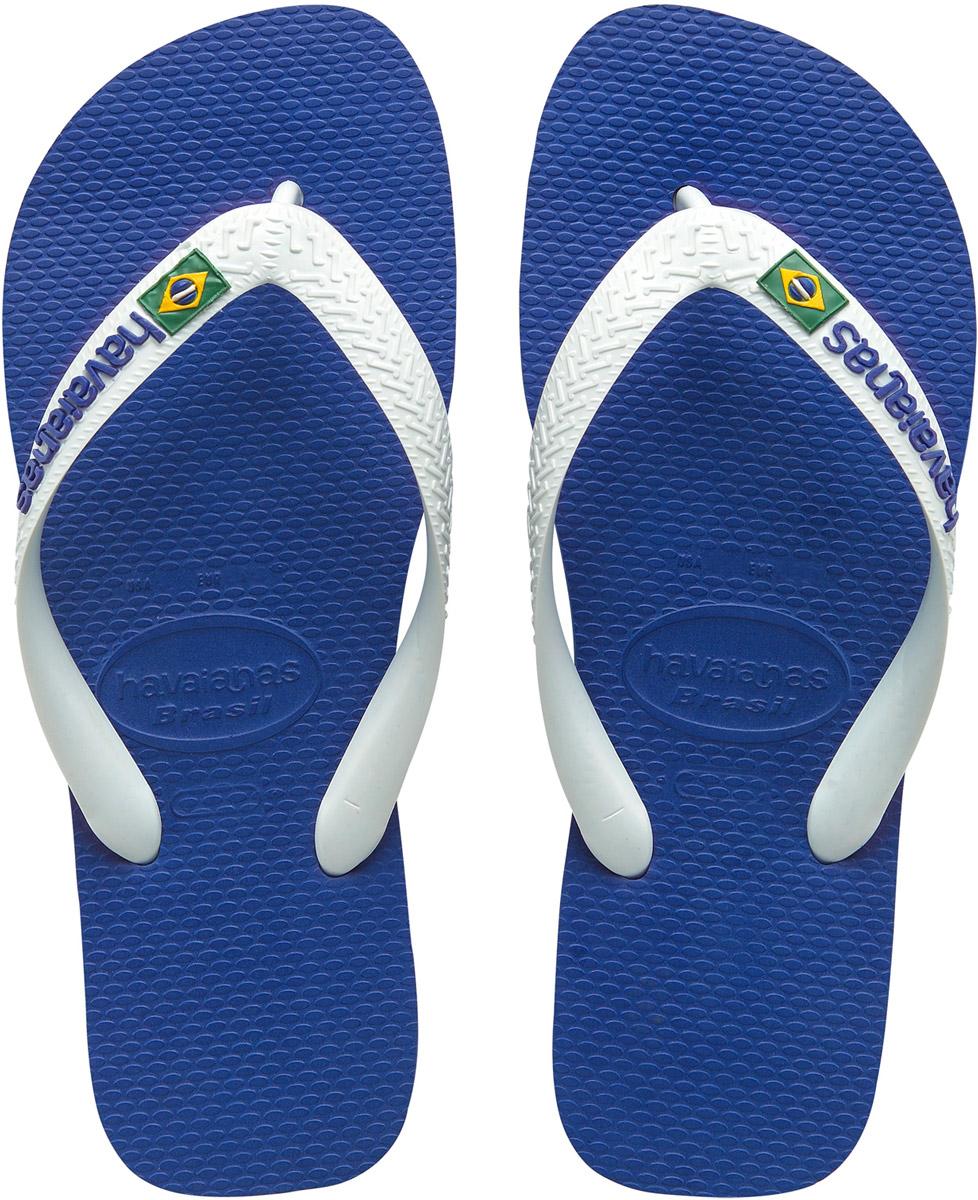 Сланцы мужские Havaianas Brasil Logo, цвет: синий, белый. 41108502711. Размер 41/42 (42/43)4110850-2711Модные мужские сланцы Brasil Logo от Havaianas придутся вам по душе. Верх модели, выполненный из резины, оформлен рельефным орнаментом, названием бренда и изображением флага Бразилии. Ремешки с перемычкой гарантируют надежную фиксацию модели на ноге. Подошва выполнена из материала ЭВА и оформлена контрастными полосками. Рифление на верхней поверхности подошвы предотвращает выскальзывание ноги. Рельефное основание подошвы обеспечивает уверенное сцепление с любой поверхностью. Удобные сланцы прекрасно подойдут для похода в бассейн или на пляж.