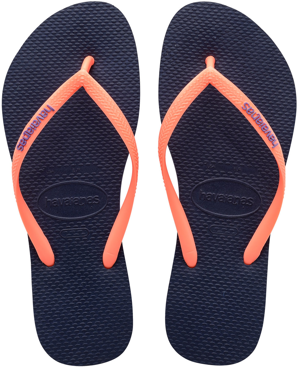 Сланцы женские Havaianas Slim Logo, цвет: темно-синий, розовый. 41197870555. Размер 41/42 (42/43)4119787-5557Модные сланцы Slim Logo от Havaianas придутся вам по душе. Верх модели, выполненный из резины, оформлен рельефным орнаментом и названием бренда. Ремешки с перемычкой гарантируют надежную фиксацию модели на ноге. Подошва выполнена из материала ЭВА. Рифление на верхней поверхности подошвы предотвращает выскальзывание ноги. Рельефное основание подошвы обеспечивает уверенное сцепление с любой поверхностью. Удобные сланцы прекрасно подойдут для похода в бассейн или на пляж.