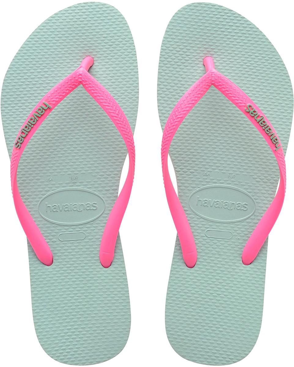 Сланцы женские Havaianas Slim Logo, цвет: голубой, розовый. 41197872075. Размер 41/42 (42/43)41197872075Модные сланцы Slim Logo от Havaianas придутся вам по душе. Верх модели, выполненный из резины, оформлен рельефным орнаментом и названием бренда. Ремешки с перемычкой гарантируют надежную фиксацию модели на ноге. Подошва выполнена из материала ЭВА. Рифление на верхней поверхности подошвы предотвращает выскальзывание ноги. Рельефное основание подошвы обеспечивает уверенное сцепление с любой поверхностью. Удобные сланцы прекрасно подойдут для похода в бассейн или на пляж.