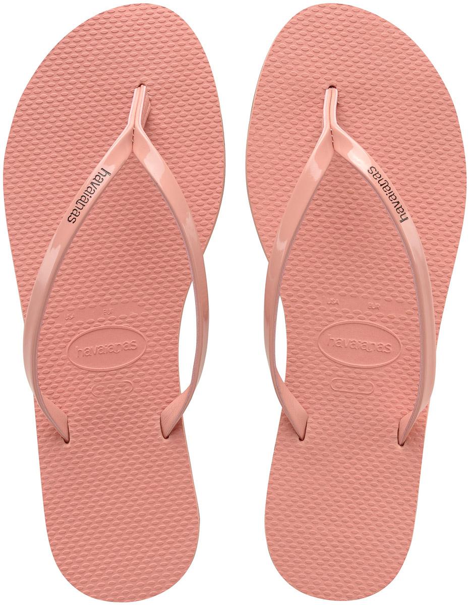 Сланцы женские Havaianas You Metallic, цвет: розовый. 41351022014. Размер 39/40 (40/41)41351022014Модные женские сланцы You Metallic от Havaianas придутся вам по душе. Верх модели, выполненный из резины, оформлен названием бренда. Ремешки с перемычкой гарантируют надежную фиксацию модели на ноге. Подошва выполнена из материала ЭВА. Рифление на верхней поверхности подошвы предотвращает выскальзывание ноги. Рельефное основание подошвы обеспечивает уверенное сцепление с любой поверхностью. Удобные сланцы прекрасно подойдут для похода в бассейн или на пляж.