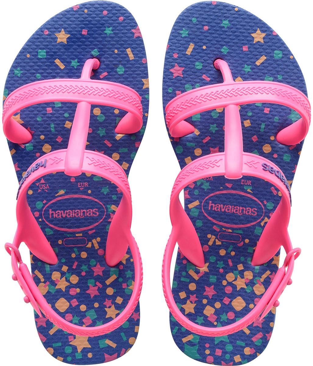 Сланцы для девочки Havaianas Kids Joy Spring, цвет: сиреневый, розовый. 41349901127. Размер 23/24 (24/25)41349901127Детские сланцы Kids Joy Spring от Havaianas прекрасно подойдут для похода в бассейн или на пляж. Верх модели, выполненный из резины, оформлен рельефным орнаментом и названием бренда. Регулируемые ремешки на пятках гарантируют надежную фиксацию модели на ноге. Подошва выполнена из материала ЭВА. Рифление на верхней поверхности подошвы предотвращает выскальзывание ноги. Рельефное основание подошвы обеспечивает уверенное сцепление с любой поверхностью.