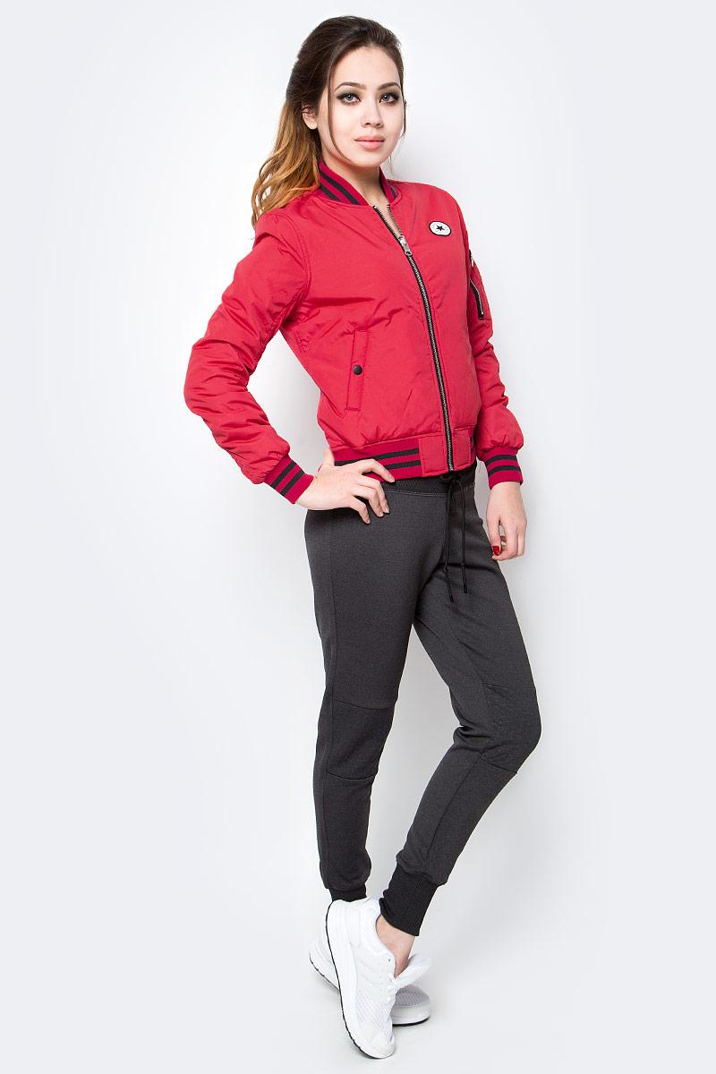 Куртка женская Converse Core Reversible MA-1 Bomber, цвет: красный. 10003541934. Размер S (44)10003541934Женская куртка Converse изготовлена из качественного полиэстера. Модель с длинными рукавами и воротничком-стойкой застегивается на молнию. По бокам расположены карманы, низ куртки и рукава дополнены резинками.