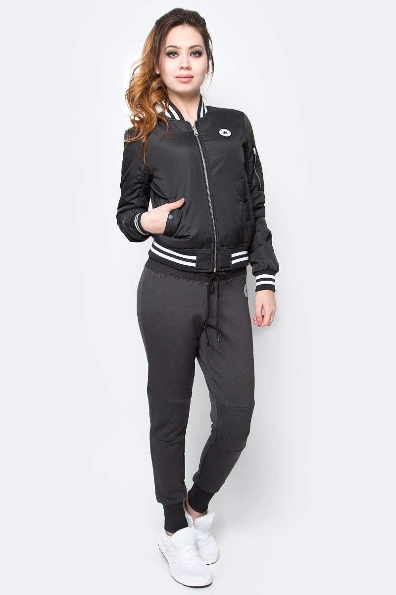 Куртка женская Converse Core Reversible MA-1 Bomber, цвет: черный. 10003541001. Размер S (44)10003541001Женская куртка Converse изготовлена из качественного полиэстера. Модель с длинными рукавами и воротничком-стойкой застегивается на молнию. По бокам расположены карманы, низ куртки и рукава дополнены резинками.