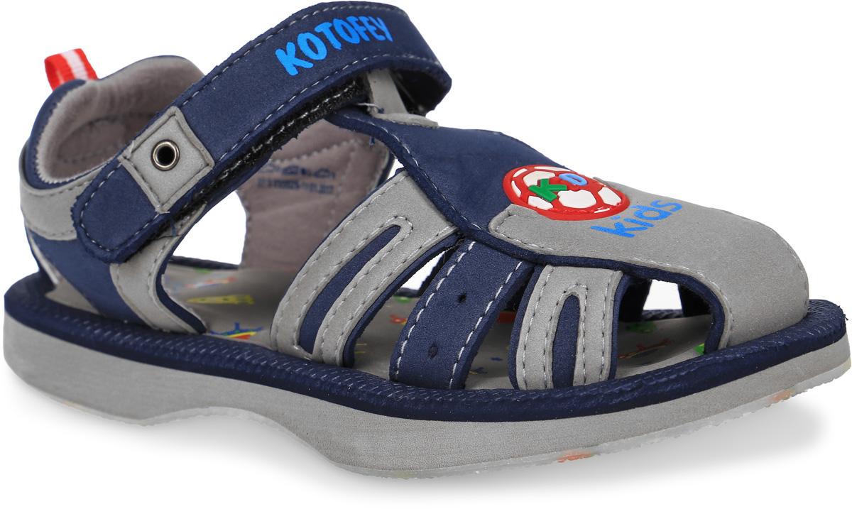 Сандалии для мальчика Котофей, цвет: серый, темно-синий. 225029-11. Размер 23225029-11Модные сандалии для мальчика от Котофей выполнены из материала ЭВА. Внутренняя поверхность из текстиля не натирает. Ремешок с застежкой-липучкой надежно зафиксирует модель на ноге. Стелька из материала ЭВА обеспечивает комфорт при движении. Подошва дополнена рифлением.