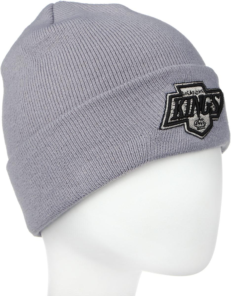 Шапка New Era Nhl Cuff Knit, цвет: серый. 11277661. Размер универсальный11277661-OTCШапка с вышитым логотипом команды NHL Los Angeles Kings. Комфортная посадка и высококачественная вышивка. Изделие выполнено из мягкого и приятного на ощупь акрила. Идеально подходит как для занятий зимними видами спорта, так и для ежедневной носки в холодное время года.