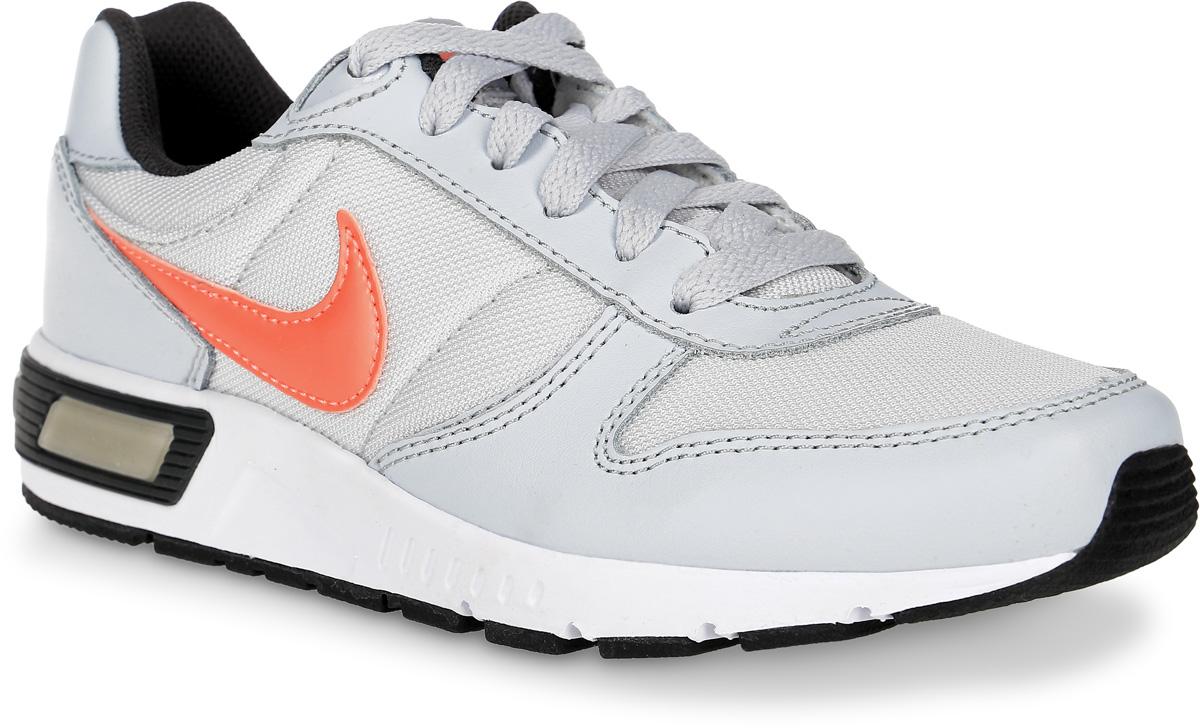 Кроссовки для девочки Nike Nightgazer (Gs), цвет: белый, оранжевый. 705478-005. Размер 5,5 (37,5)705478-005Стильные кроссовки Nightgazer (GS) от Nike придутся по душе вашей девочке. Модель, выполненная из текстиля, дополнена вставками из натуральной и искусственной кожи. По бокам изделие оформлено логотипом бренда, на язычке - фирменной нашивкой, на заднике - названием бренда. Классическая шнуровка надежно фиксирует модель на ноге. Подкладка из текстиля и стелька из EVA с текстильной поверхностью комфортны при движении. Резиновая подошва с протектором обеспечивает сцепление с любым покрытием. Стильные кроссовки займут достойное место в гардеробе вашей девочки.