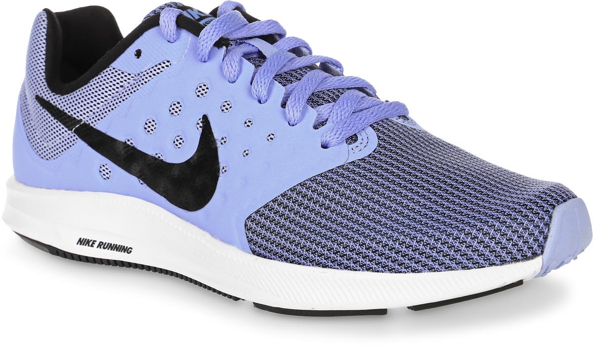 Кроссовки для бега женские Nike Downshifter 7, цвет: голубой, черный. 852466-400. Размер 7,5 (38)852466-400Женские кроссовки для бега Downshifter 7 от Nike выполнены из сетчатого текстиля с полимерными бесшовными накладками. Подкладка и стелька из текстиля комфортны при движении. Шнуровка надежно зафиксирует модель на ноге. Эластичная полноразмерная подошва из материала Phylon для упругой и легкой амортизации. Эластичные желобки обеспечивают естественную свободу движений от носка до пятки.