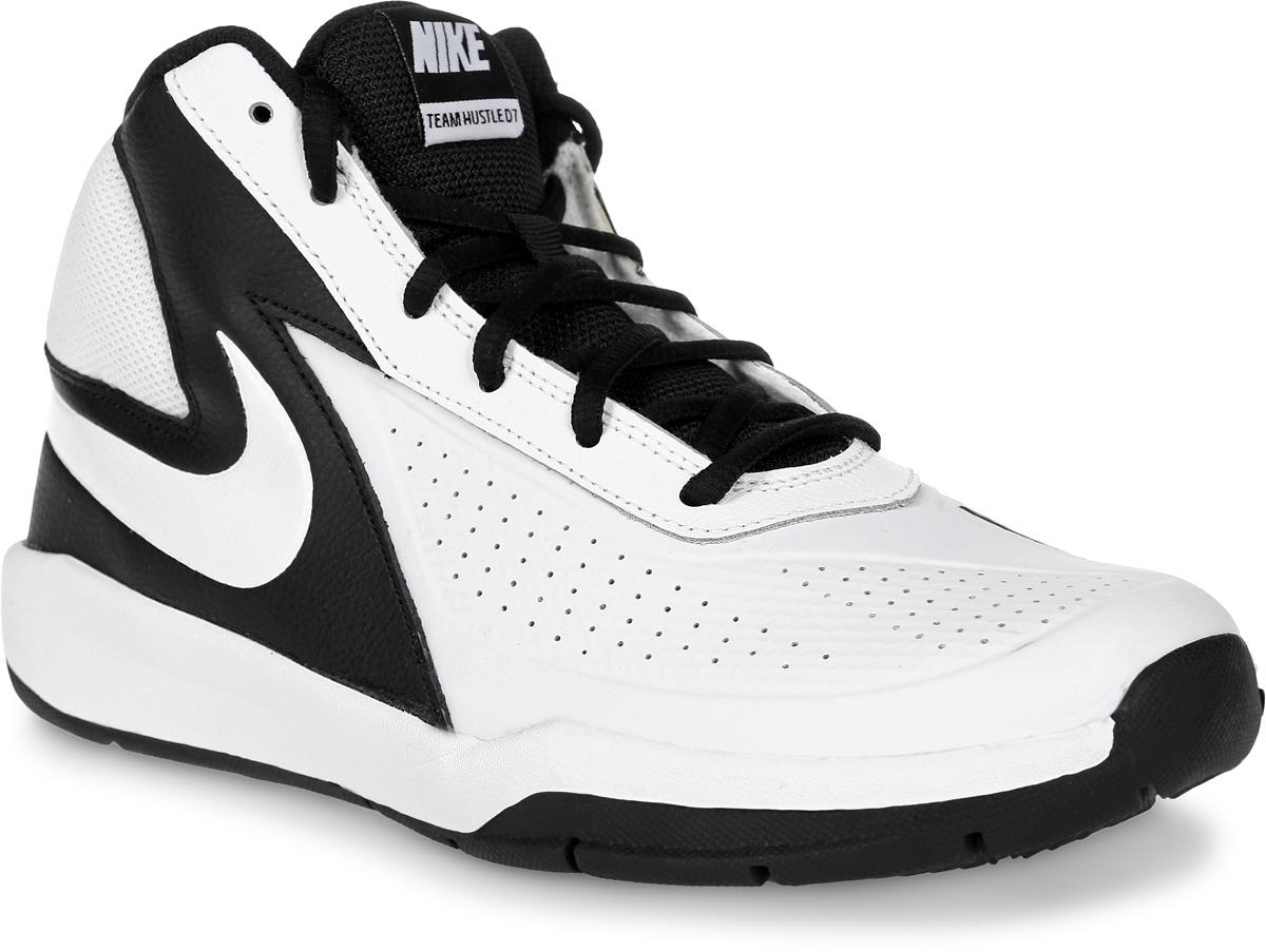 Кроссовки для мальчика Nike Team Hustle D 7 (Gs), цвет: белый, черный. 747998-101. Размер 3,5 (34,5)747998-101Кроссовки для мальчика Team Hustle D 7 от Nike, выполненные из натуральной и искусственной кожи, дополнены вставками из текстиля. Внутренняя поверхность из текстиля не натирает. Шнуровка надежно зафиксирует модель на ноге. Глубокие эластичные желобки на подошве обеспечивают гибкость и сцепление с поверхностью.