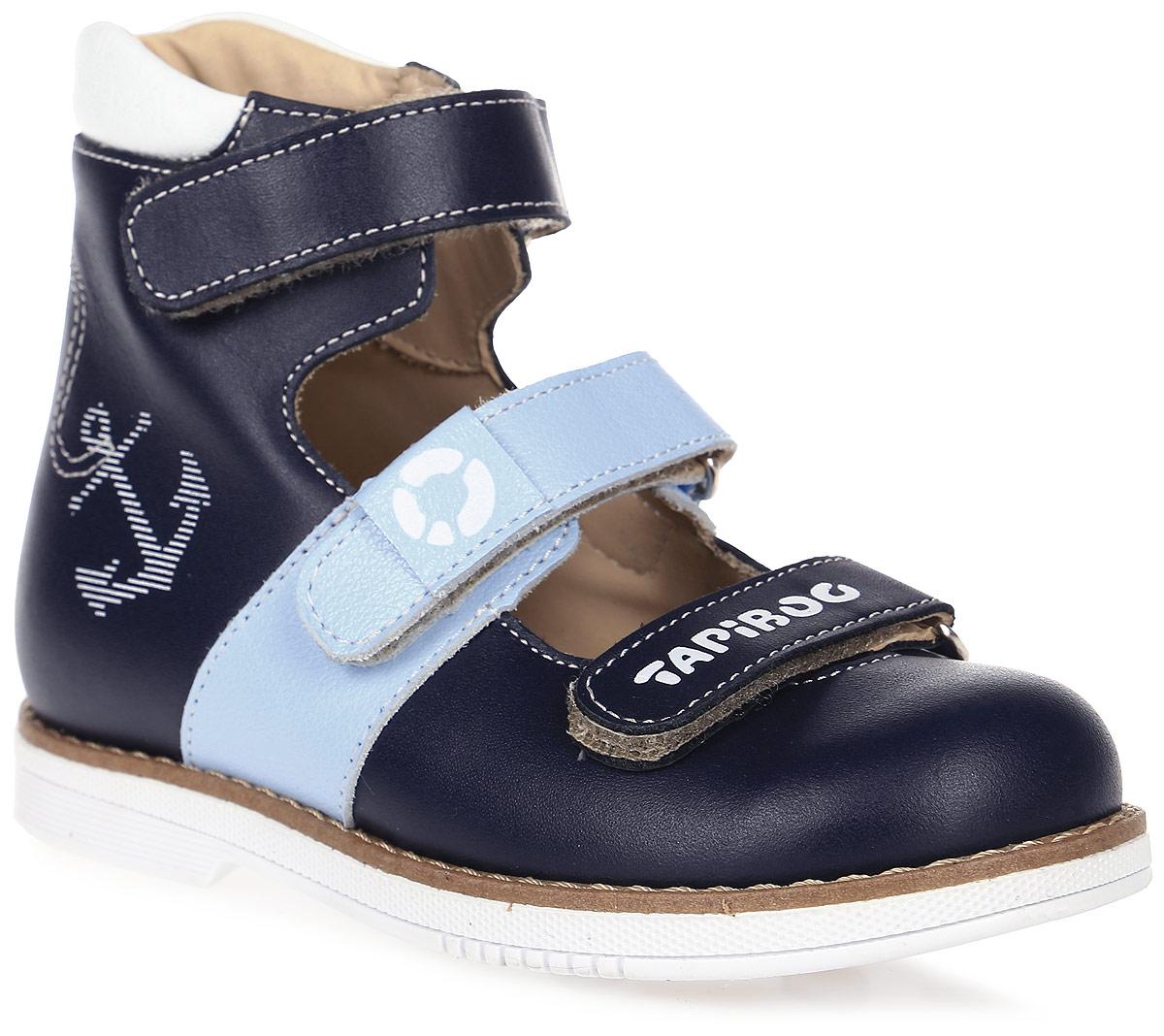 Сандалии для мальчика TapiBoo, цвет: темно-синий, голубой. FT-25007.17-OL09O.01. Размер 25FT-25007.17-OL09O.01Ортопедические сандалии от TapiBoo разработаны для коррекции стоп при вальгусной деформации, а также для профилактики плоскостопия. Модель, выполненная из натуральной кожи, оформлена контрастной прострочкой и сбоку морским принтом.Жесткий фиксирующий задник увеличенной высоты и три застежки - липучки, обеспечивают необходимую фиксацию голеностопа в правильном положении. Нижний ремешок дополнен логотипом бренда, ремешок на подъеме - фирменной нашивкой. Ортопедический каблук Томаса укрепляет подошву под средней частью стопы и препятствует ее заваливанию внутрь. Отсутствие швов на подкладке обеспечивает дополнительный комфорт и предотвращает натирание. Рельефный рисунок подошвы обеспечивает сцепление с любыми поверхностями. Такие сандалии станут незаменимыми в гардеробе вашего ребенка.