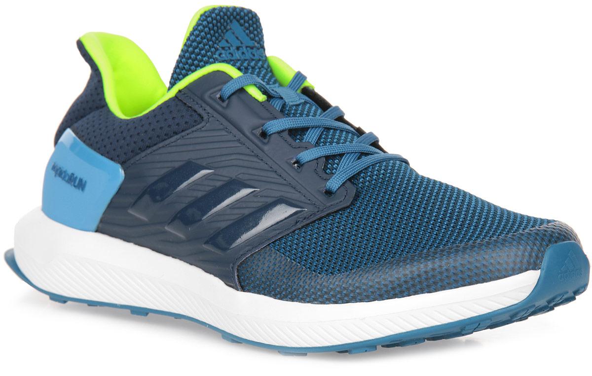 Кроссовки для мальчика adidas RapidaRun K, цвет: темно-синий, белый. BA9433. Размер 5,5 (37,5)BA9433Юным ножкам, которые бегают и прыгают весь день, нужна надежная поддержка и хорошая амортизация. Эти детские беговые кроссовки дополнены мягкой стелькой Cloudfoam Surround с эффектом памяти, которая поглощает ударную нагрузку. Сетчатый верх со специальными вставками обеспечивает дополнительную поддержку в передней и средней частях стопы, а также в области пятки. Двухслойный вязаный верх из дышащей сетки. Поддерживающая вставка по контуру мыска и внешний каркас в средней части стопы. Резиновая подошва со специальным рисунком протектора, адаптированным для бега.