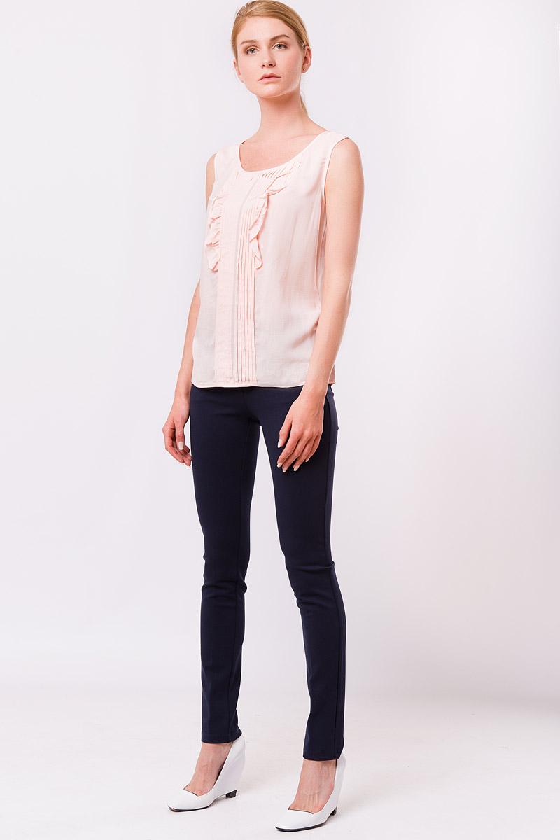 Блузка женская Finn Flare, цвет: бледно-розовый. S17-11022_323. Размер M (46)S17-11022_323Правильно подобранный топ способен украсить даже самый строгий образ! Предлагаем вам разбавить ваш повседневный гардероб этой летней блузкойклассического белого цвета. Выполнена без рукавов, украшена спереди рюшами, которые оживят бизнес и casual-образы. Наденьте блузку с брюками с завышенной линией талии и будьте уверены – ваш стильный look оценят абсолютно все!