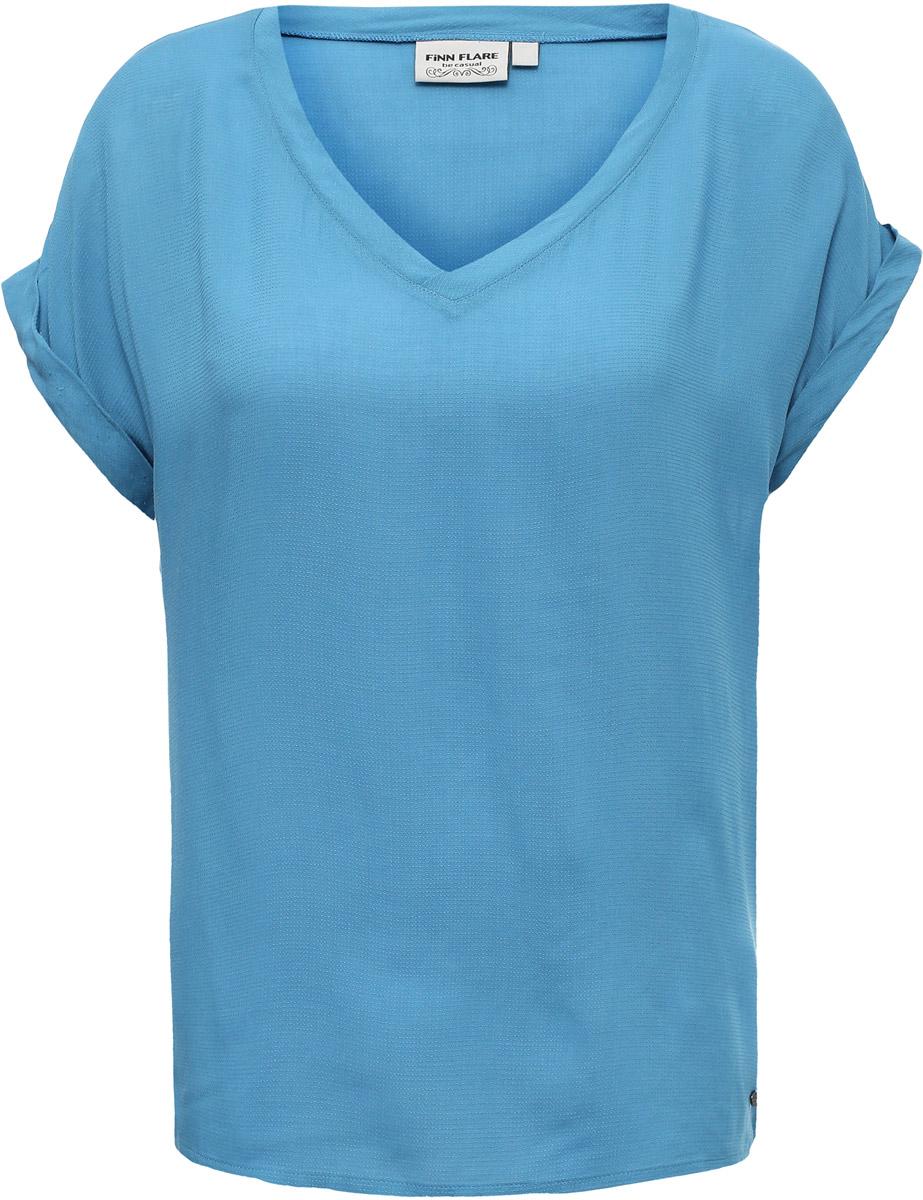 Блузка женская Finn Flare, цвет: синий. S17-11021_115. Размер M (46)S17-11021_115Свободный крой модели делает её по-настоящему весенне-летним элементом гардероба. Аккуратный V-образный вырез, короткие рукава, прочная вискоза – такая блузка будет нелишней в гардеробе любой женщины.