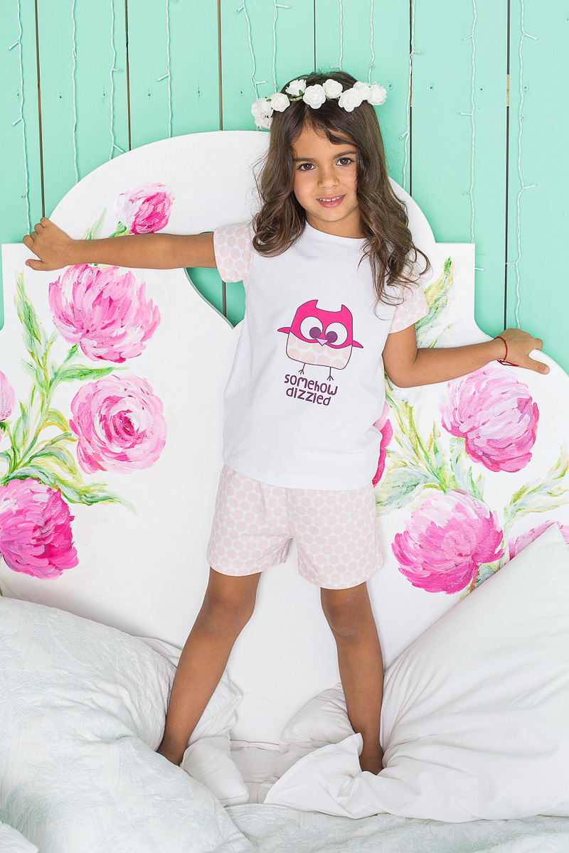 Пижама для девочки Sweet Berry, цвет: белый, розовый. 195947. Размер 116195947Пижама для девочки Sweet Berry состоит из футболки и шорт. Пижама изготовлена из натурального хлопка с небольшим добавлением эластана. Футболка с короткими рукавами и круглым вырезом горловины на груди оформлена принтом с изображением совы. Свободные шортики с широкой эластичной резинкой на поясе и регулируемым шнурком также оформлены нежным принтом. В такой пижаме ваше малышке будет максимально комфортно и уютно.
