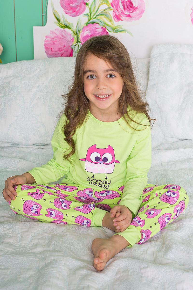 Пижама для девочки Sweet Berry, цвет: салатовый, розовый. 195944. Размер 104195944Пижама для девочки Sweet Berry состоит из лонгслива и брюк. Пижама изготовлена из натурального хлопка с небольшим добавлением эластана. Лонгслив с длинными рукавами и круглым вырезом горловины на груди оформлен принтом с изображением совы. Прямые брюки с широкой эластичной резинкой и затягивающимся шнурком на поясе также оформлены принтом с забавными совятами. По низу брюки дополнены трикотажными манжетами.