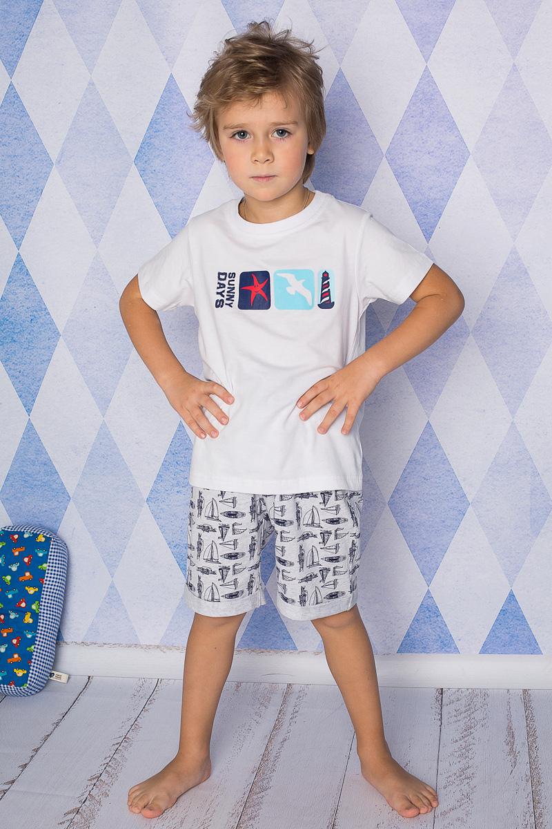 Пижама для мальчика Sweet Berry, цвет: белый, светло-серый. 196602. Размер 128196602Пижама для мальчика Sweet Berry состоит из футболки и шорт. Пижама изготовлена из натурального хлопка с небольшим добавлением эластана. Футболка с короткими рукавами и круглым вырезом горловины дополнена трикотажной резинкой по горловине и на груди оформлена принтом. Свободные прямые шорты с широкой эластичной резинкой на поясе украшены принтом с парусниками и дополнены модными отворотами.