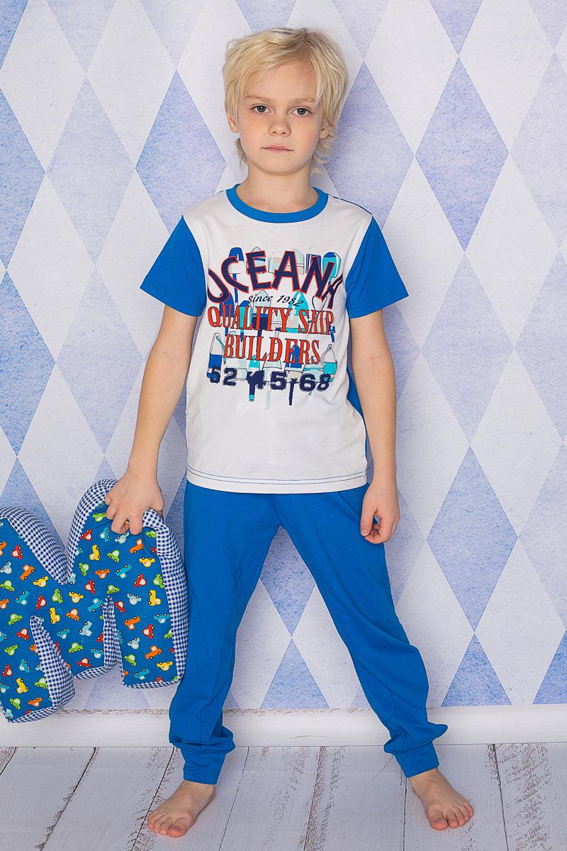 Пижама для мальчика Sweet Berry, цвет: белый, ярко-синий. 196601. Размер 116196601Пижама для мальчика Sweet Berry состоит из футболки и брюк. Пижама изготовлена из натурального хлопка с небольшим добавлением эластана. Футболка с короткими рукавами и круглым вырезом горловины дополнена контрастной трикотажной резинкой по горловине и на груди оформлена текстовым принтом. Прямые брюки с широкой эластичной резинкой и затягивающимся шнурком на поясе выполнены в лаконичном цвете и по низу дополнены широкими манжетами.