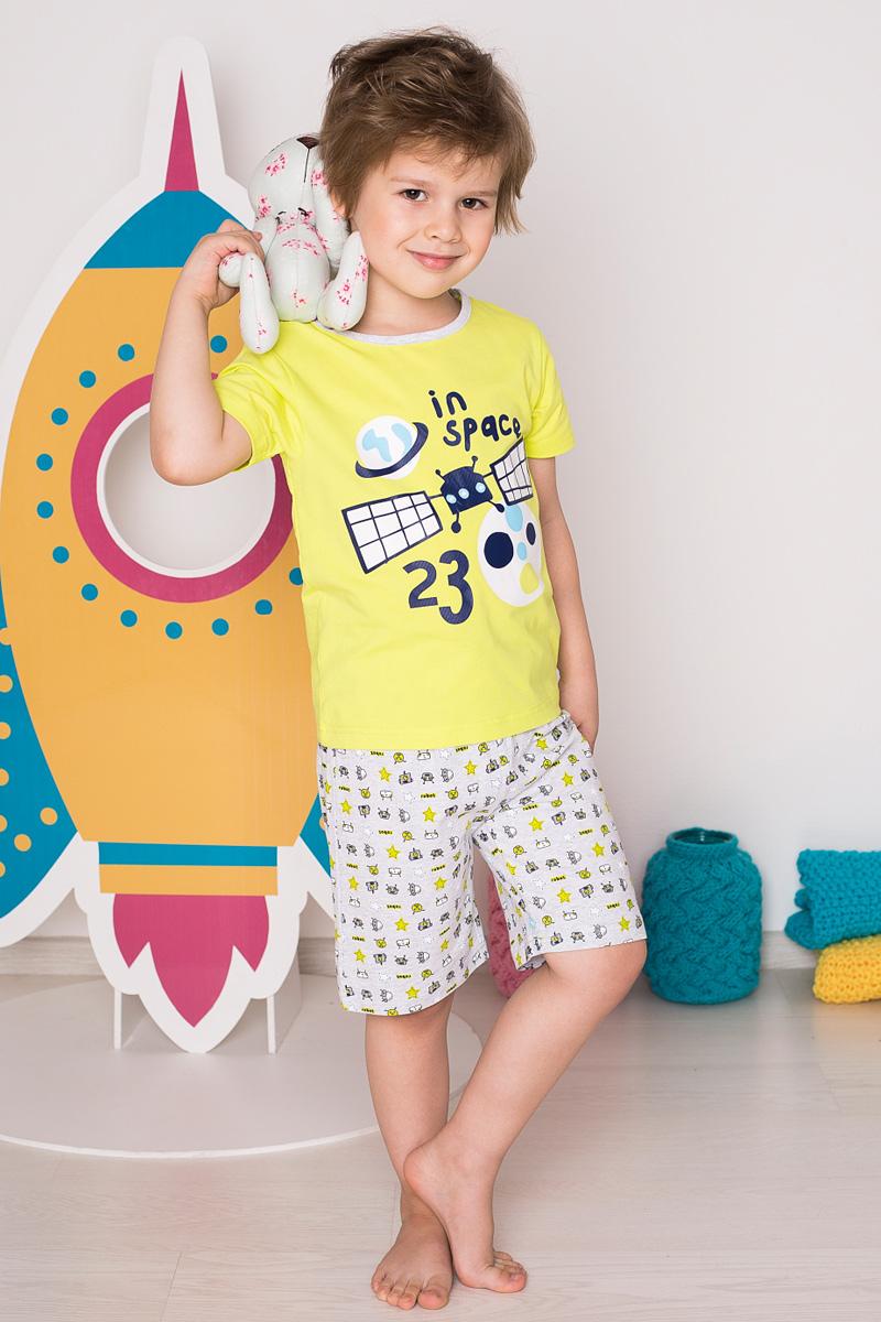 Пижама для мальчика Sweet Berry, цвет: салатовый, светло-серый. 196162. Размер 110196162Пижама для мальчика Sweet Berry состоит из футболки и шорт. Пижама изготовлена из натурального хлопка с небольшим добавлением эластана. Футболка с короткими рукавами и круглым вырезом горловины дополнена контрастной трикотажной каймой по горловине и на груди оформлена космическим принтом. Свободные прямые шорты с широкой эластичной резинкой на поясе также украшены принтом с космическими атрибутами.