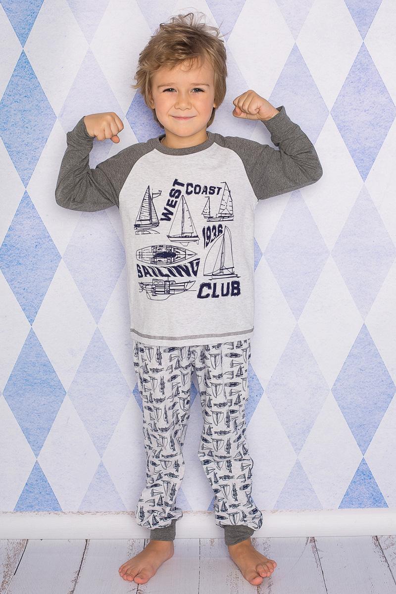 Пижама для мальчика Sweet Berry, цвет: светло-серый, темно-серый. 196600. Размер 140196600Пижама для мальчика Sweet Berry состоит из лонгслива и брюк. Пижама изготовлена из натурального хлопка с небольшим добавлением эластана. Лонгслив с длинными рукавами-реглан и круглым вырезом горловины дополнен контрастной трикотажной резинкой по горловине и на груди оформлен принтом с изображением парусников. Прямые брюки с широкой эластичной резинкой и затягивающимся шнурком на поясе по низу дополнены широкими манжетами.