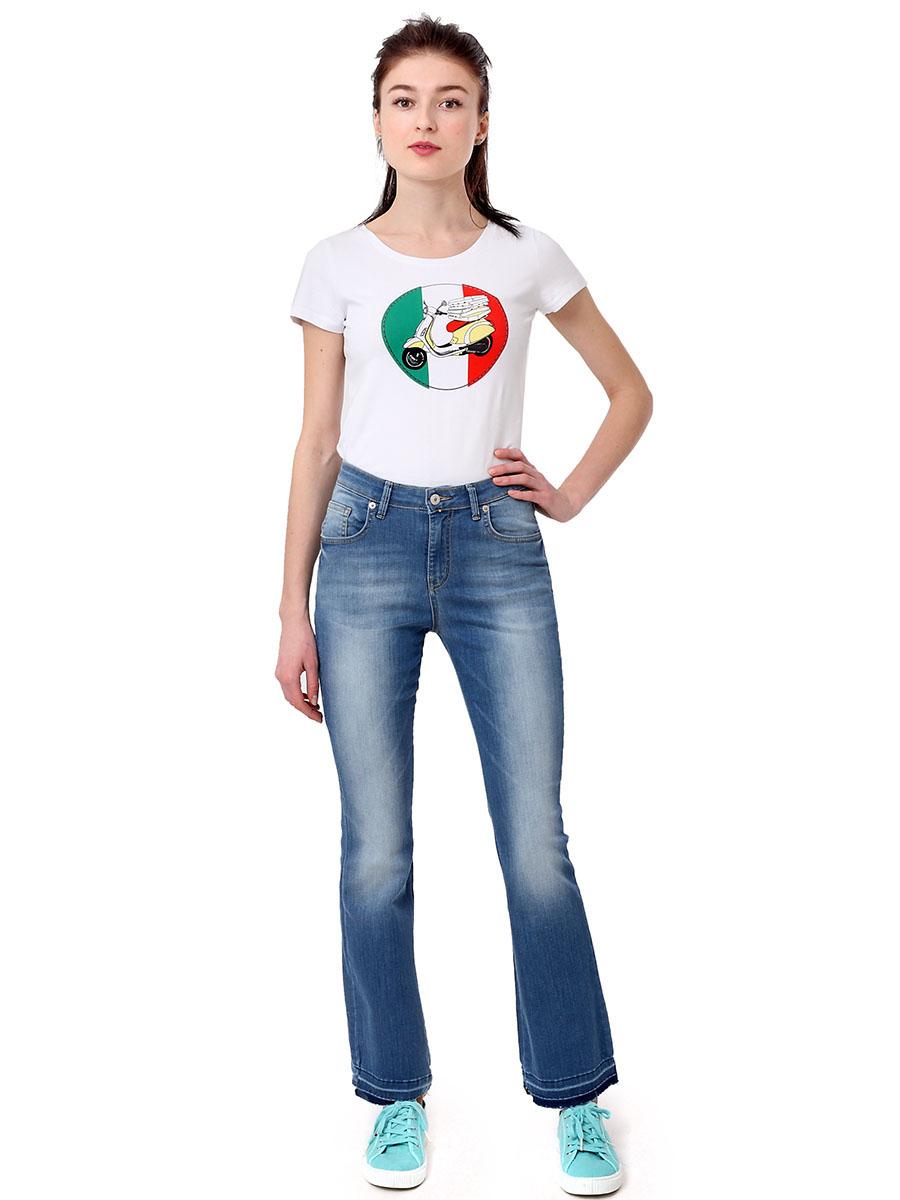 Джинсы женские F5, цвет: голубой. 175051_19743. Размер 27-34 (42/44-34)175051_19743, Blue denim Hilary str., w.lightЖенские джинсы F5 выполнены из высококачественного материала. Джинсы с завышенной талией застегиваются на пуговицу в поясе и ширинку на застежке-молнии, дополнены шлевками для ремня. Джинсы имеют классический пятикарманный крой: спереди модель дополнена двумя втачными карманами и одним маленьким накладным кармашком, а сзади - двумя накладными карманами. Джинсы дополнены логотипом бренда. Низ брючин оформлен прострочкой.