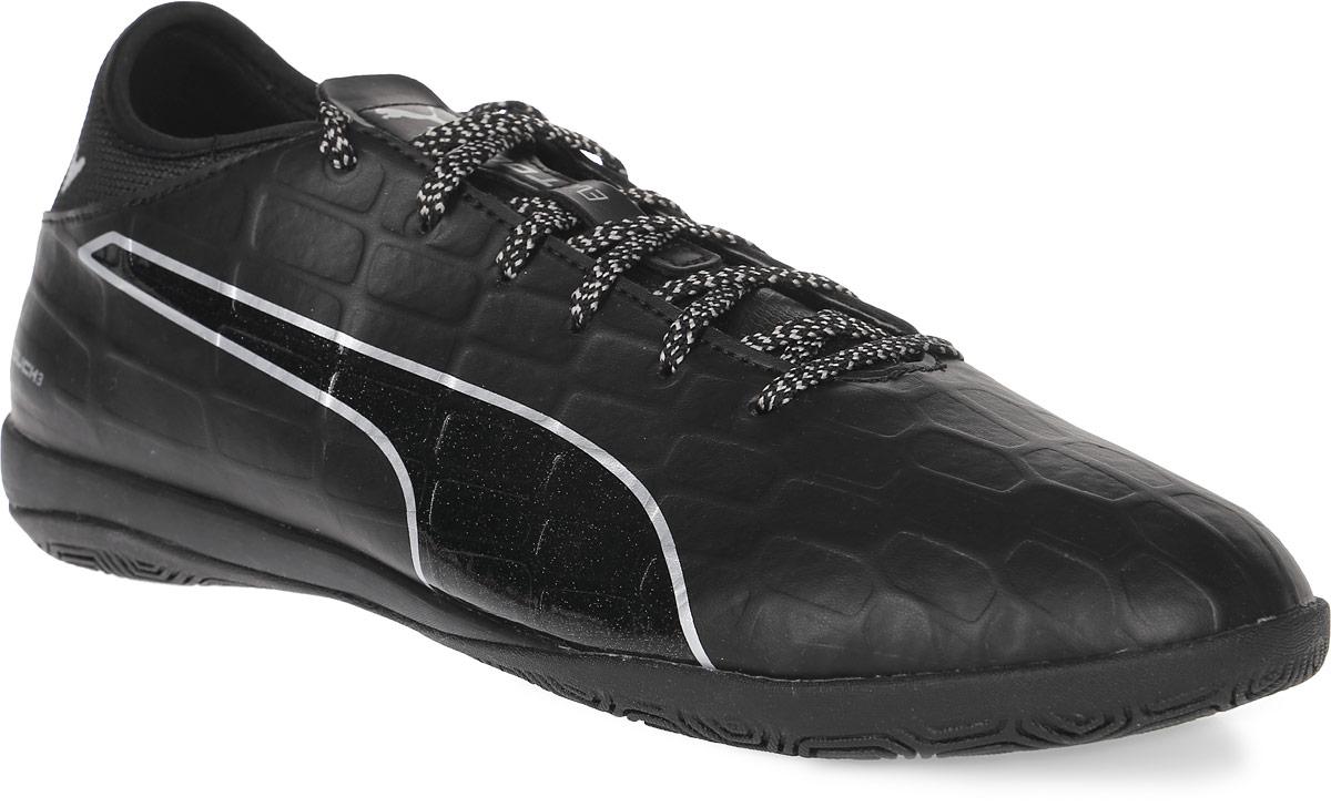 Кроссовки мужские для футзала Puma Evotouch 3 IT, цвет: черный. 10375203. Размер 9 (42)10375203Модель кроссовок Evotouch 3 IT сочетает комфорт и долговечность в носке благодаря использованию в качестве материала верха мягкой, но в то же время необыкновенно прочной и износостойкой искусственной кожи. Рельефная поверхность подошвы гарантируют отличное сцепление на любых поверхностях. Традиционная шнуровка вместе с мягким язычком обеспечивает надежную фиксацию ноги. В таких кроссовках вашим ногам будет комфортно и уютно.
