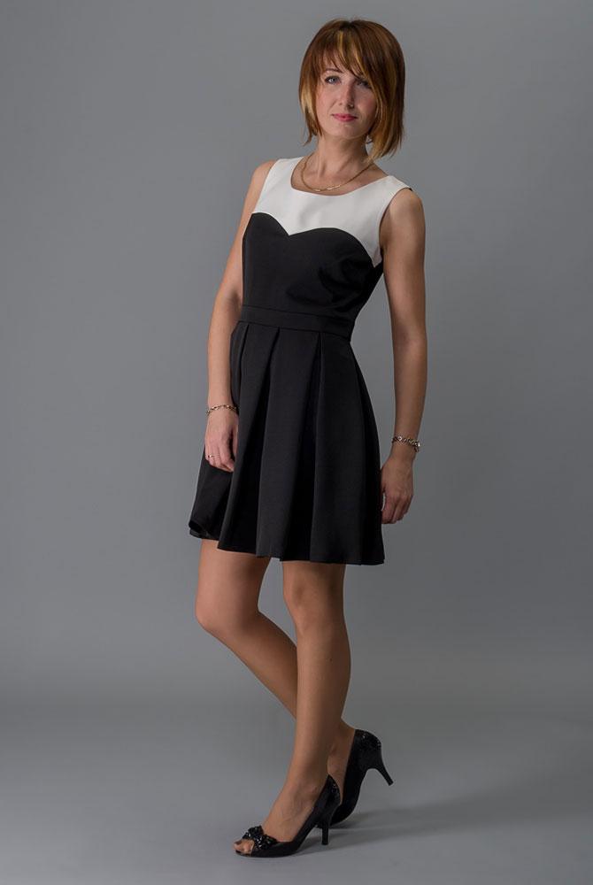 Платье Milton, цвет: черный. WD-2424V. Размер 42WD-2424VПлатье прилегающего силуэта, без рукавов, отрезное по линии талии. Юбка расклешенная со складками от талии. Лиф платья с фигурной кокеткой выполнен из контрастной белой ткани.