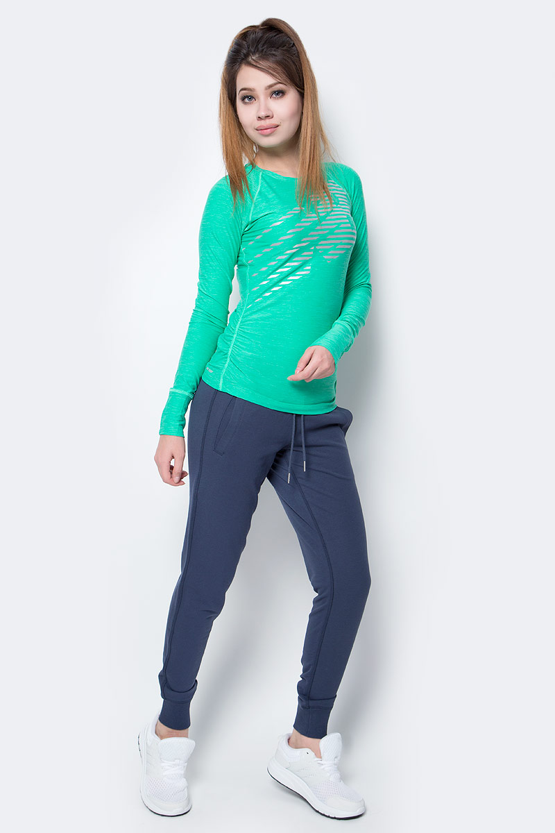 Лонгслив женский New Balance Viz Ls, цвет: зеленый. WT71212/VJH. Размер M (46)WT71212/VJHСтильный женский лонгслив New Balance, выполненный из полиэстера с добавлением спандекса, приятен на ощупь, не мнется, долго сохраняет свой цвет. Модель с длинными рукавами и круглым вырезом горловины оформлена ярким принтом.