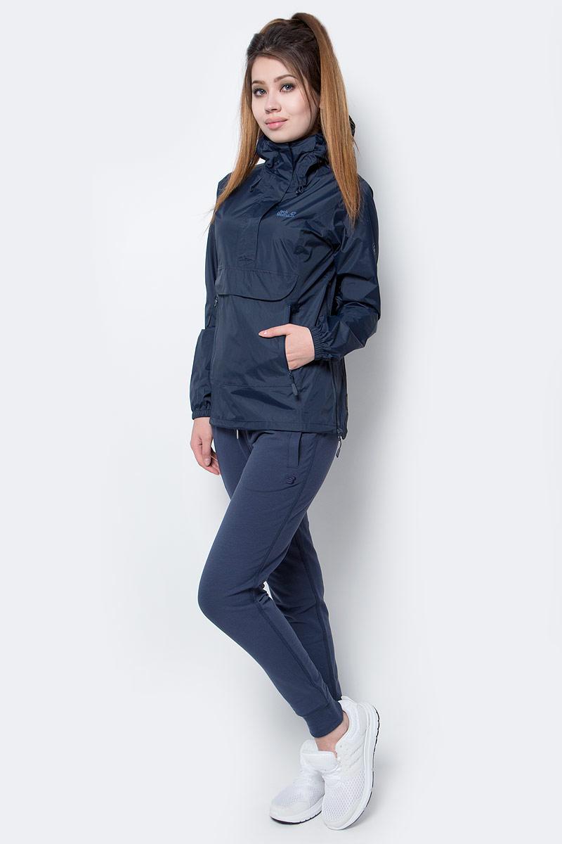 Куртка женская Jack Wolfskin Cloudburst Smock W, цвет: темно-синий. 1108641-1910. Размер L (48)1108641-1910Куртка-анорак Cloudburst Smock изготовлена из 100% полиамида. Ткань легкая, дышащая, водонепроницаемая и непродуваемая. Модель имеет длинные стандартные рукава с манжетами на резинке, капюшон с регулировкой объема и воротник на молнии. Спереди расположен большой карман с клапаном, в котором удобно хранить карты, GPS и другие необходимые в походе вещи, а также два кармана на молнии. Такая куртка идеальна для небольших походов в лесу или в горах. Если вдруг вас застанет дождь, то не переживайте - куртка не даст вам промокнуть, и вы с комфортом доберетесь до места назначения. Модель компактно складывается и не занимает много места в рюкзаке.