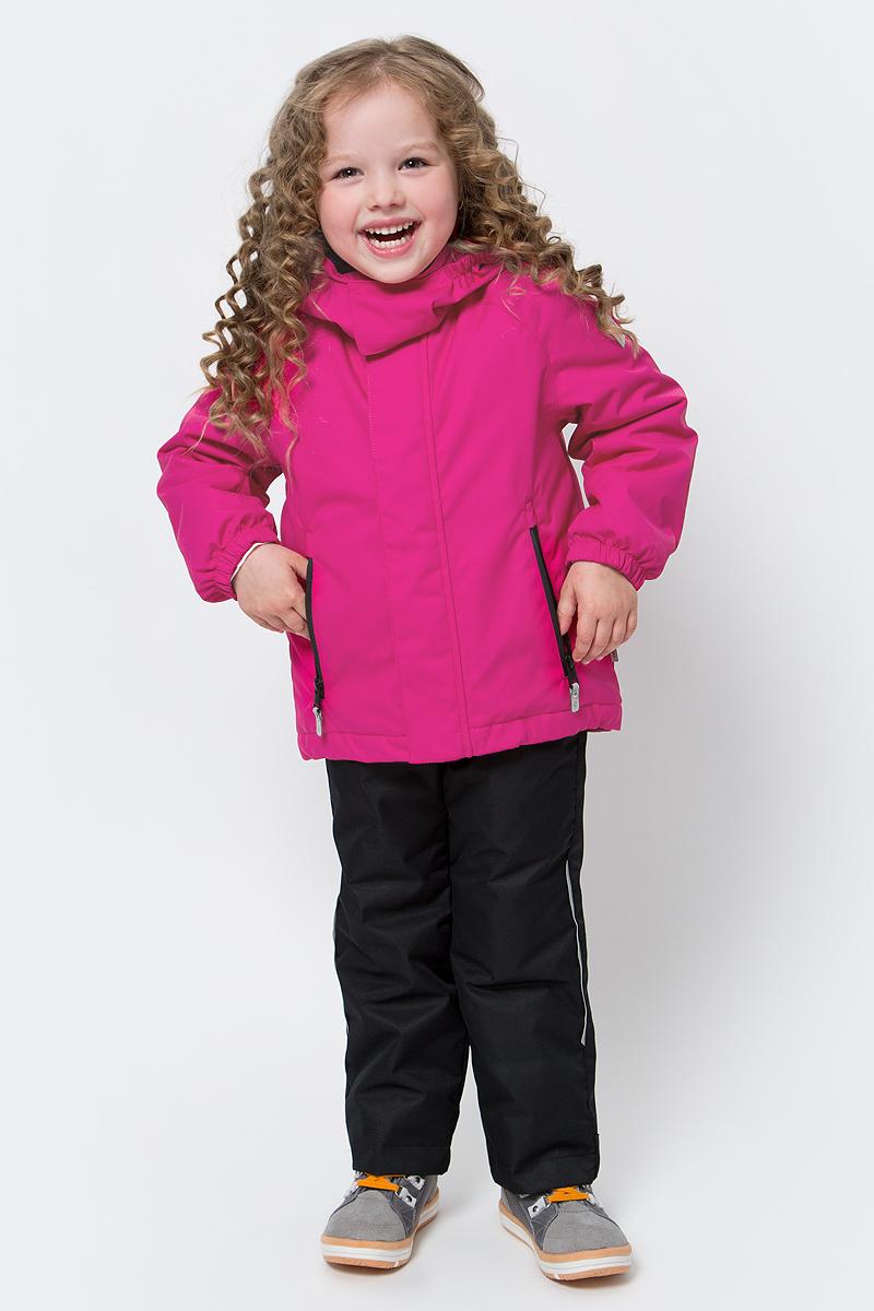 Куртка детская Reima Tailslide, цвет: розовый. 5215543560. Размер 1345215543560Теплая, водо- и ветронепроницаемая зимняя куртка для малышей и детей постарше. Она сшита из водо-, ветронепроницаемого, дышащего материала с грязеотталкивающей поверхностью. Все основные швы проклеены, водонепроницаемы. Куртка подшита мягкой подкладкой из полиэстера, которая значительно облегчит надевание. Она будет отлично сидеть благодаря регулируемой талии, подолу и эластичным манжетам. Куртка оснащена съемным капюшоном, что обеспечивает дополнительную безопасность во время активных прогулок – капюшон легко отстегивается, если случайно за что-нибудь зацепится. Два кармана на молнии для мобильного телефона и других ценных мелочей. Образ довершают практичные детали: длинная молния высокого качества и светоотражающие элементы.Средняя степень утепления.