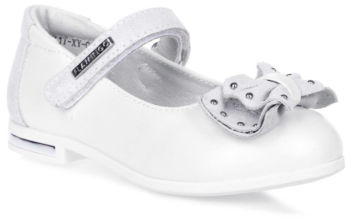 Туфли для девочки Flamingo, цвет: белый, светло-серый. 71T-XY-0096. Размер 2971T-XY-0096Модные туфли для девочки от Flamingo выполнены из искусственной и натуральной кожи. Мыс модели оформлен декоративным бантиком, украшенным металлическими элементами. Ремешок с застежкой-липучкой надежно зафиксирует модель на ноге. Внутренняя поверхность и стелька из натуральной кожи обеспечат комфорт при движении. Стелька дополнена супинатором, который предотвращает плоскостопие. Подошва и невысокий каблук дополнены рифлением.