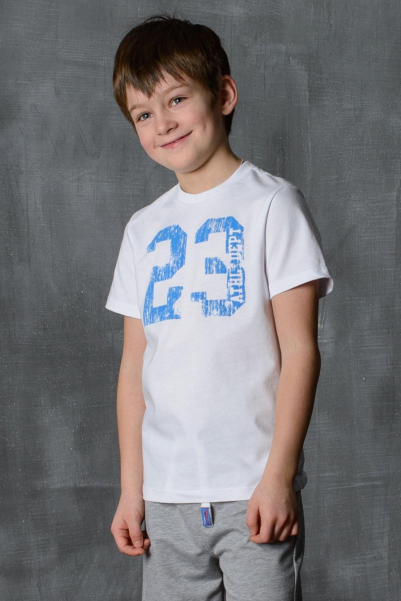 Футболка для мальчика Modniy Juk, цвет: белый, синий. 01B00010100. Размер 122/12801B00010100/23/Стильная футболка для мальчика Modniy Juk изготовлена из высококачественного легкого хлопка, она приятна на ощупь, не раздражает нежную и чувствительную кожу ребенка, позволяя ей дышать. Модель имеет полуприлегающий силуэт, круглый вырез горловины, втачный короткий рукав не стесняет движения. Изделие дополнено ярким принтом в стиле Modniy Juk.