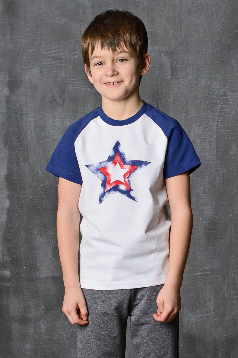 Футболка для мальчика Modniy Juk, цвет: белый-синий. 01B00040100. Размер 128/13401B00040100/Star/Стильная футболка для мальчика Modniy Juk изготовлена из высококачественного плотного трикотажа, она приятна на ощупь, не раздражает нежную и чувствительную кожу ребенка, позволяя ей дышать. Модель имеет короткий рукав покроя реглан, круглый ворот, полуприлегающий силуэт, не стесняет движения. Изделие дополнено ярким принтом в стиле Modniy Juk.