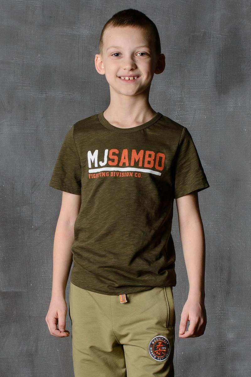 Футболка для мальчика Modniy Juk, цвет: хаки. 01B00050100. Размер 146/15201B00050100/MJSAMBO/Стильная футболка для мальчика Modniy Juk изготовлена из высококачественного легкого хлопка, она приятна на ощупь, не раздражает нежную и чувствительную кожу ребенка, позволяя ей дышать. Модель имеет полуприлегающий силуэт, не стесняет движения. Изделие дополнено ярким принтом в стиле Modniy Juk.