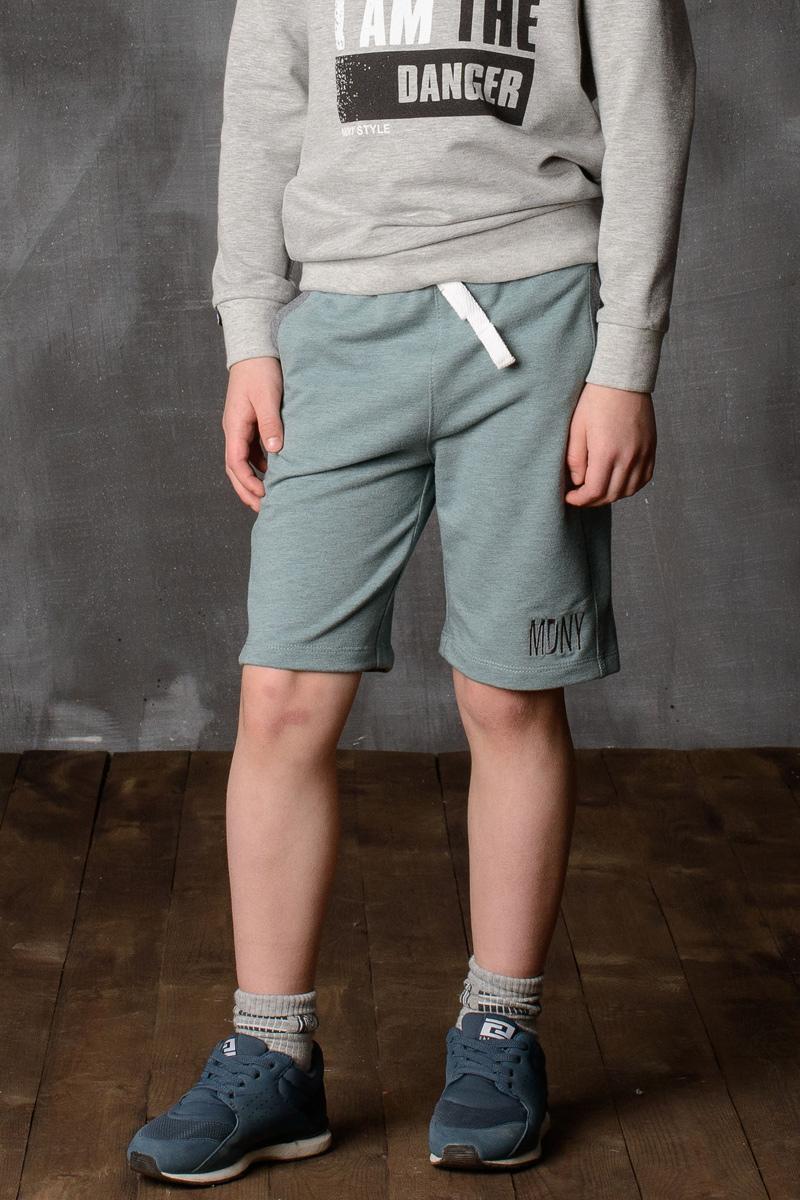 Шорты для мальчика Modniy Juk, цвет: зеленый. 10B00010400. Размер 140/14610B00010400/MDNY/Шорты для мальчика Modniy Juk изготовлены из высококачественного износостойкого мягкого трикотажа, он приятный на ощупь, не раздражает нежную и чувствительную кожу ребенка, позволяя ей дышать. Модель с поясом из трикотажной резинки дополнена шнурком, надежно фиксирует шорты и не сдавливает живот ребенка. Изделие имеет прямой крой, длина по колено, манжеты из трикотажной резинки, передние боковые карманы с листочками. Шорты дополнены яркой вышивкой в стиле Modniy Juk.