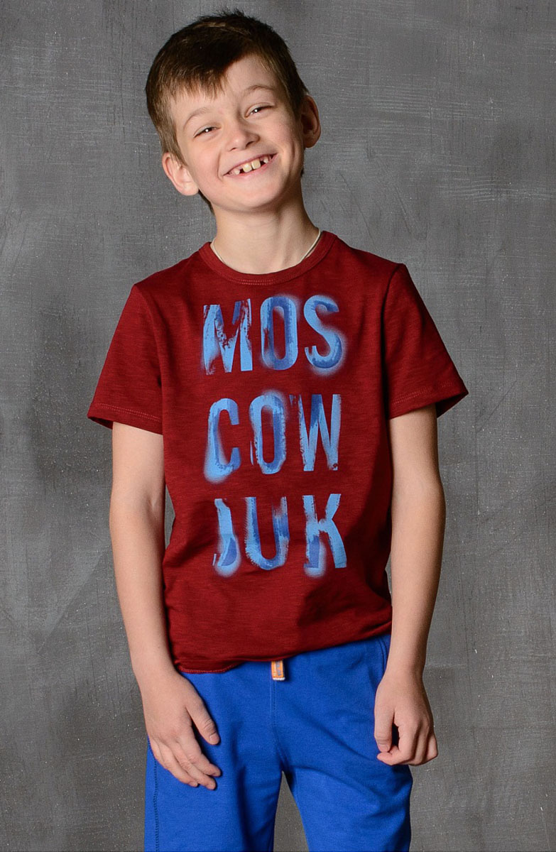 Футболка для мальчика Modniy Juk, цвет: бордовый. 01B00110100. Размер 128/13401B00110100/MOSCOW_JUK/Стильная футболка для мальчика Modniy Juk изготовлена из высококачественного легкого хлопка, она приятна на ощупь, не раздражает нежную и чувствительную кожу ребенка, позволяя ей дышать. Модель имеет полуприлегающий силуэт, круглый вырез горловины не стесняет движения. Изделие дополнено ярким принтом в стиле Modniy Juk.