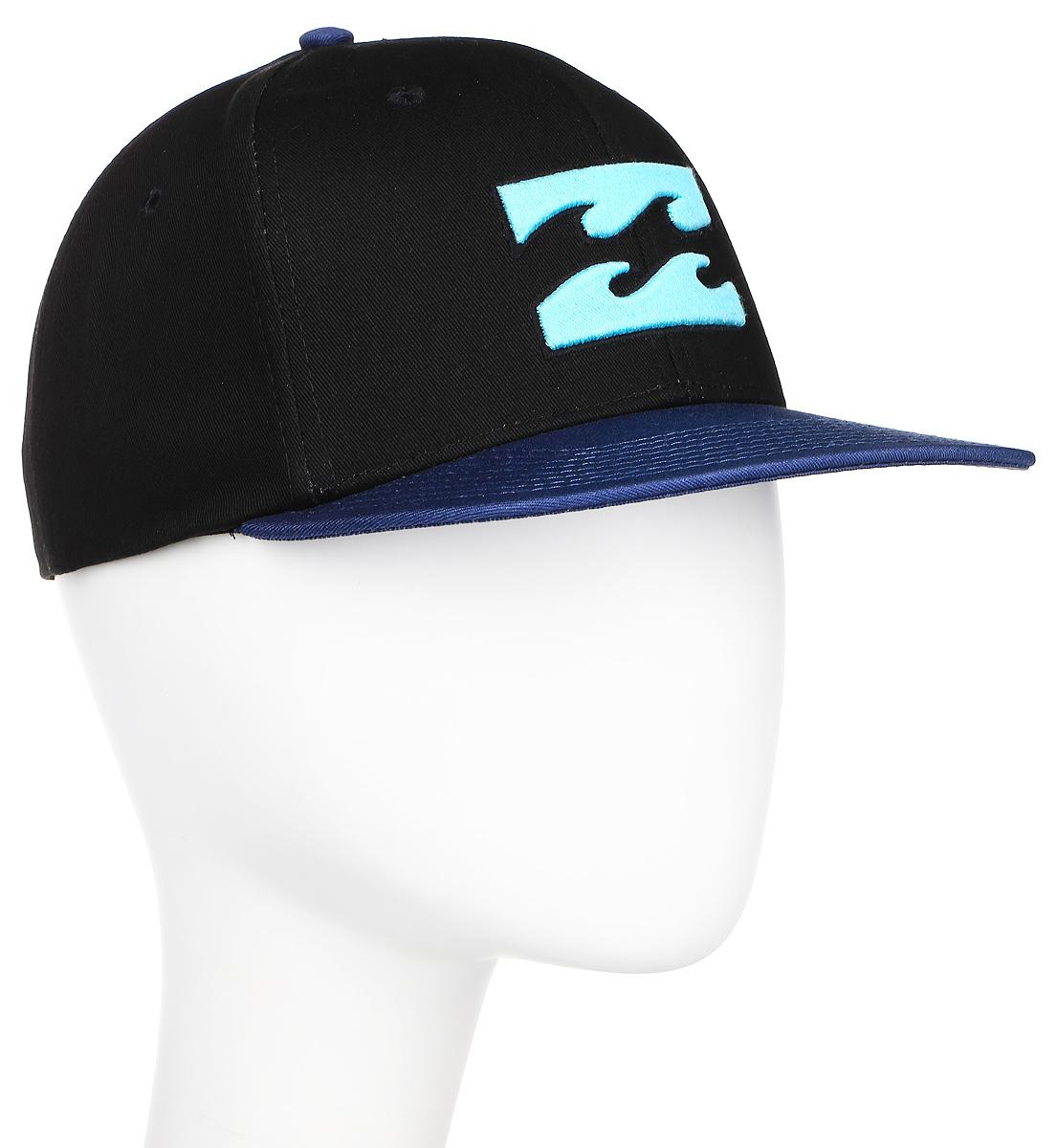 Бейсболка Billabong All Day Snapback, цвет: черный, синий. 3607869369827. Размер универсальный3607869369827Классическая кепка с фирменным логотипом для юных любителей этого стильного аксессуара. Четкие линии, прямой козырек, вышивка с логотипом. Все гениальное просто!